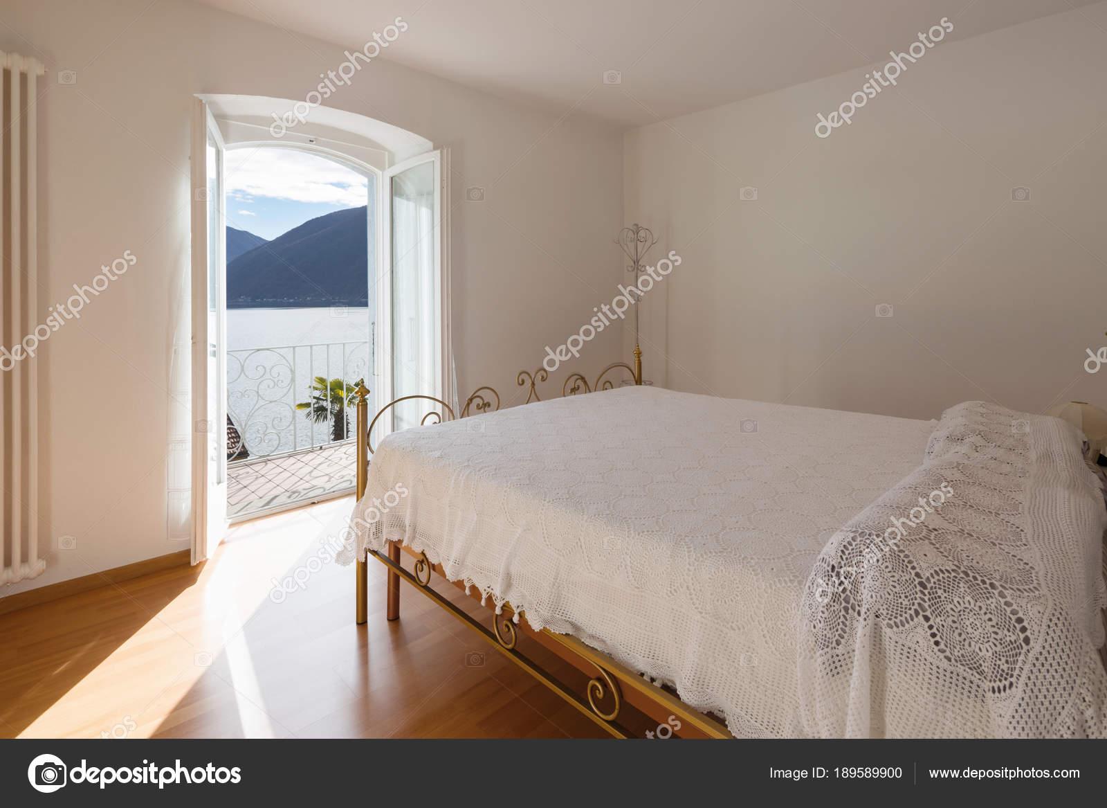 Camere Da Letto Matrimoniali Romantiche : Romantica vista dalla camera matrimoniale u2014 foto stock © zveiger