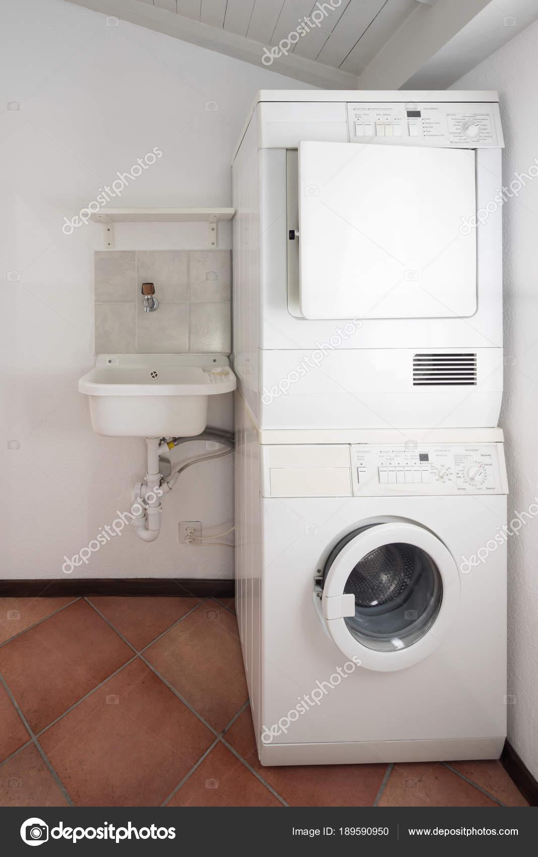 Waschküche mit Waschmaschine und Trockner — Stockfoto © Zveiger ...