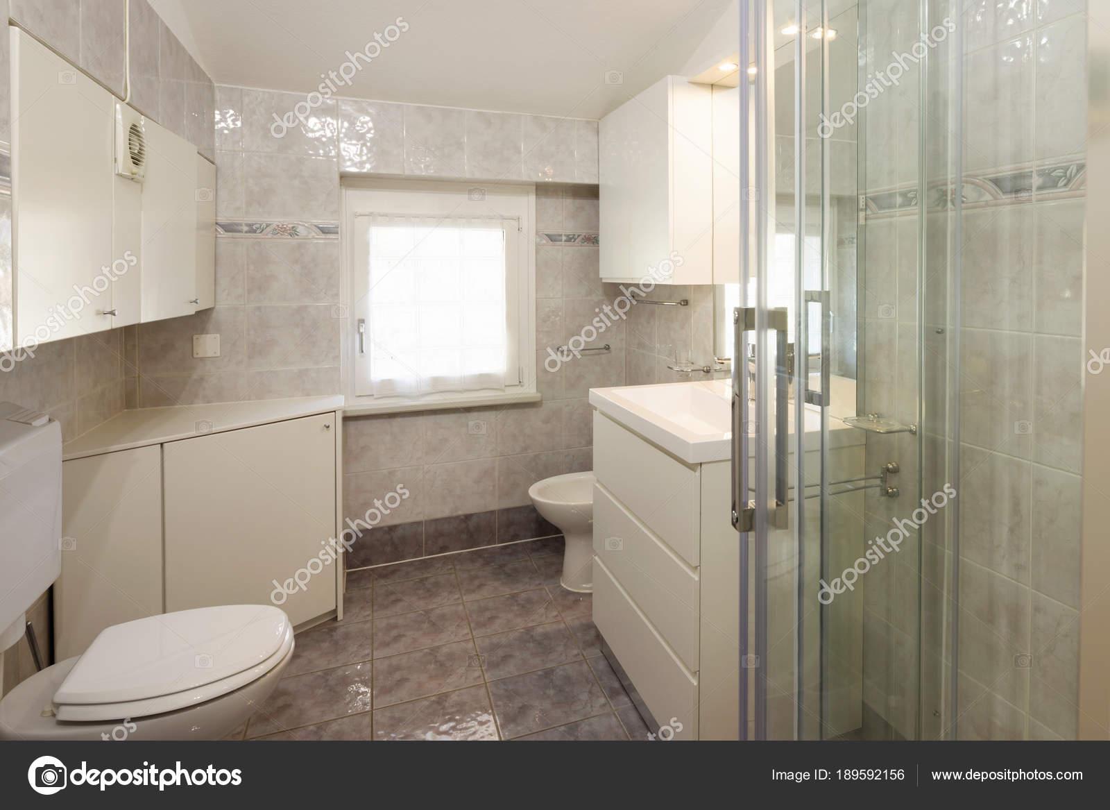 Badezimmer Mit Fliesen Und Eine Große Dusche Stockfoto Zveiger - Dusche große fliesen