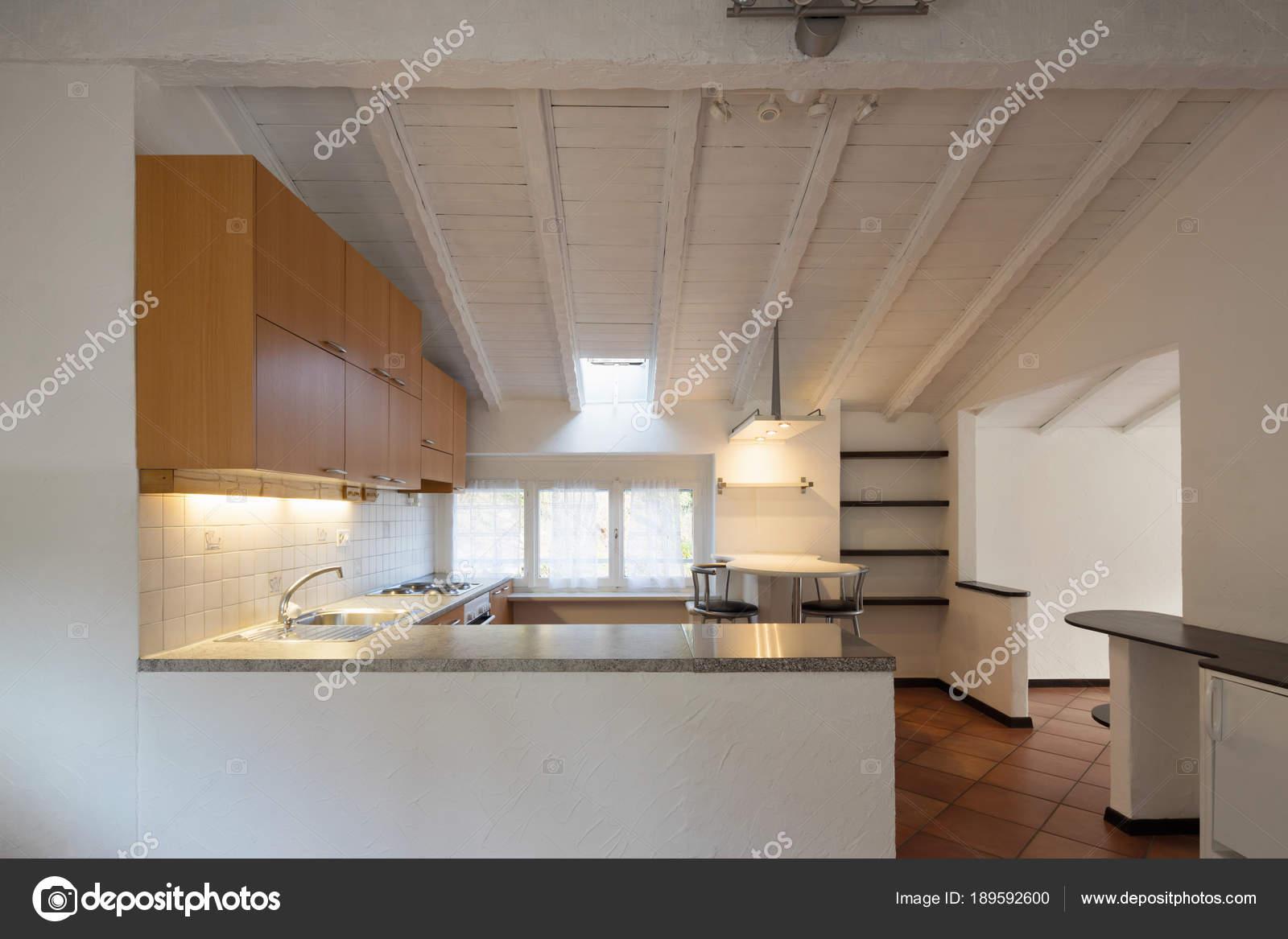 Cucina in legno dell annata e sgabelli u foto stock zveiger