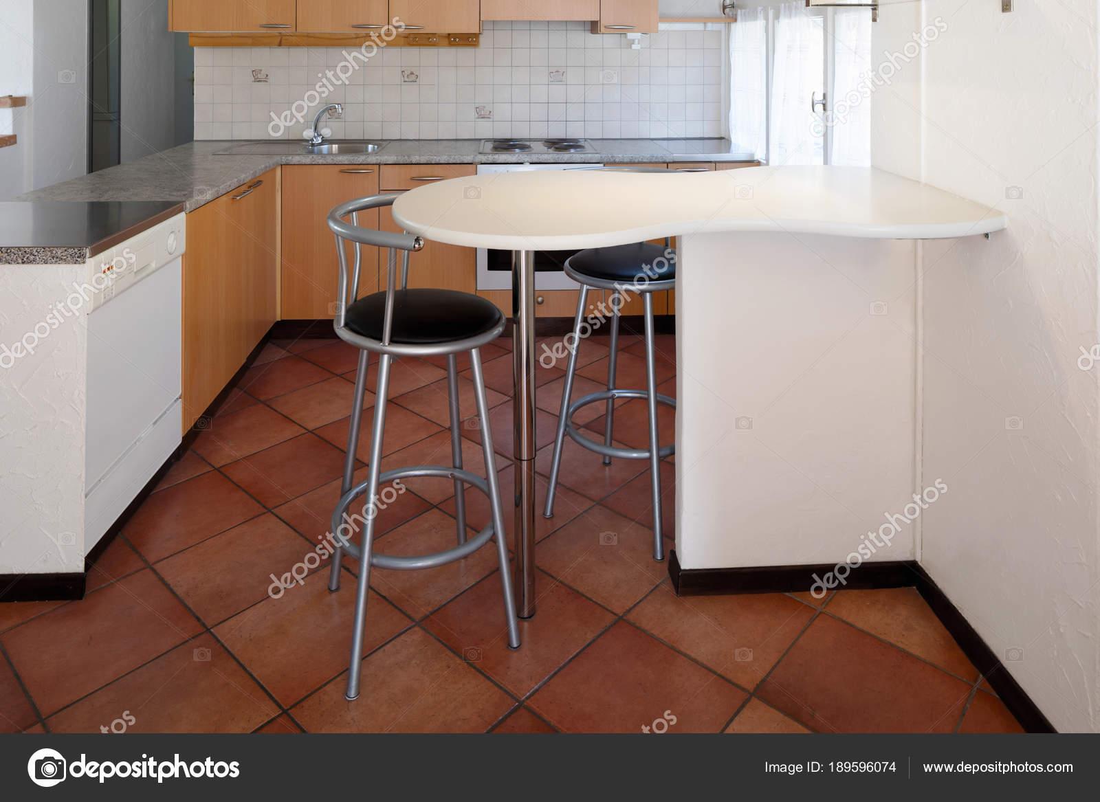 Cucina in legno dellannata e sgabelli u2014 foto stock © zveiger #189596074