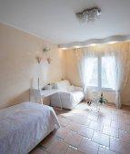 Belül szép és kényelmes szoba, senki sem