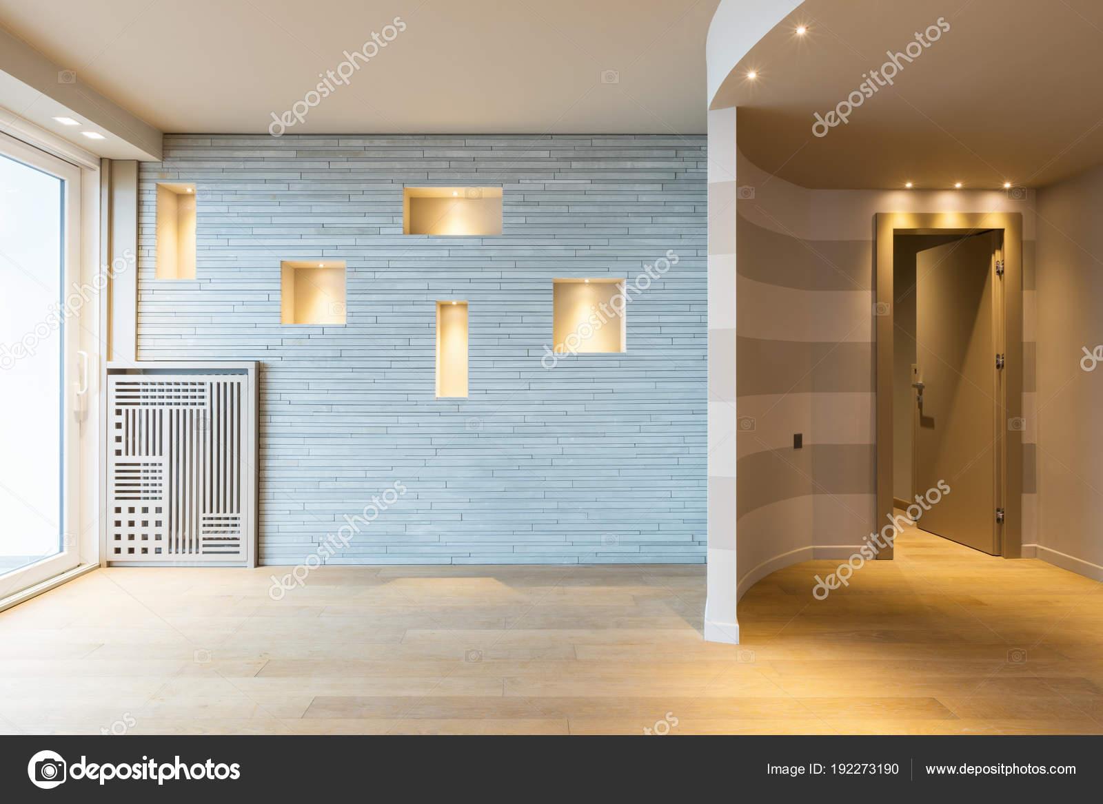 Moderne Wohnungseingang mit grauen Streifen an der Wand — Stockfoto ...