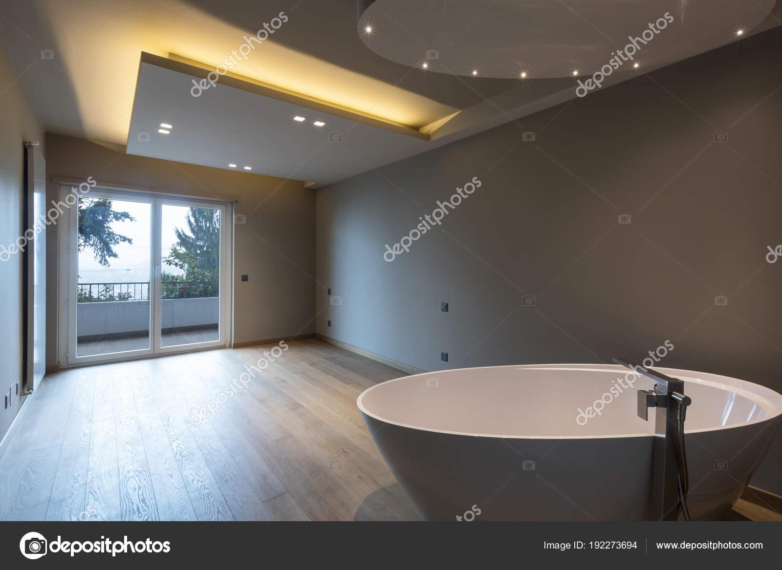 Moderna camera da letto con vasca da bagno, appartamento di lusso ...