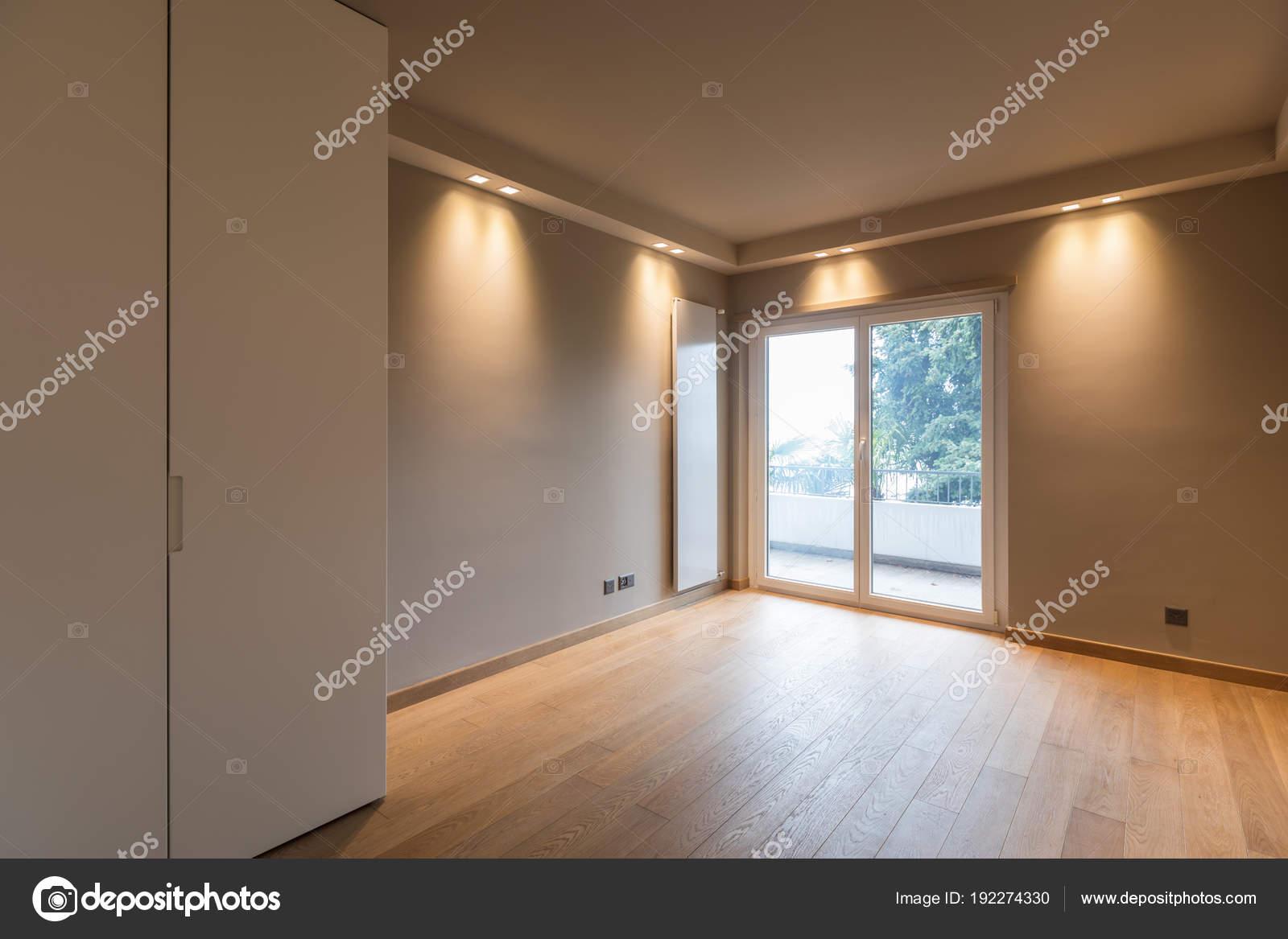 Modernes Zimmer mit Kleiderschrank, Balkon mit Blick auf Natur ...