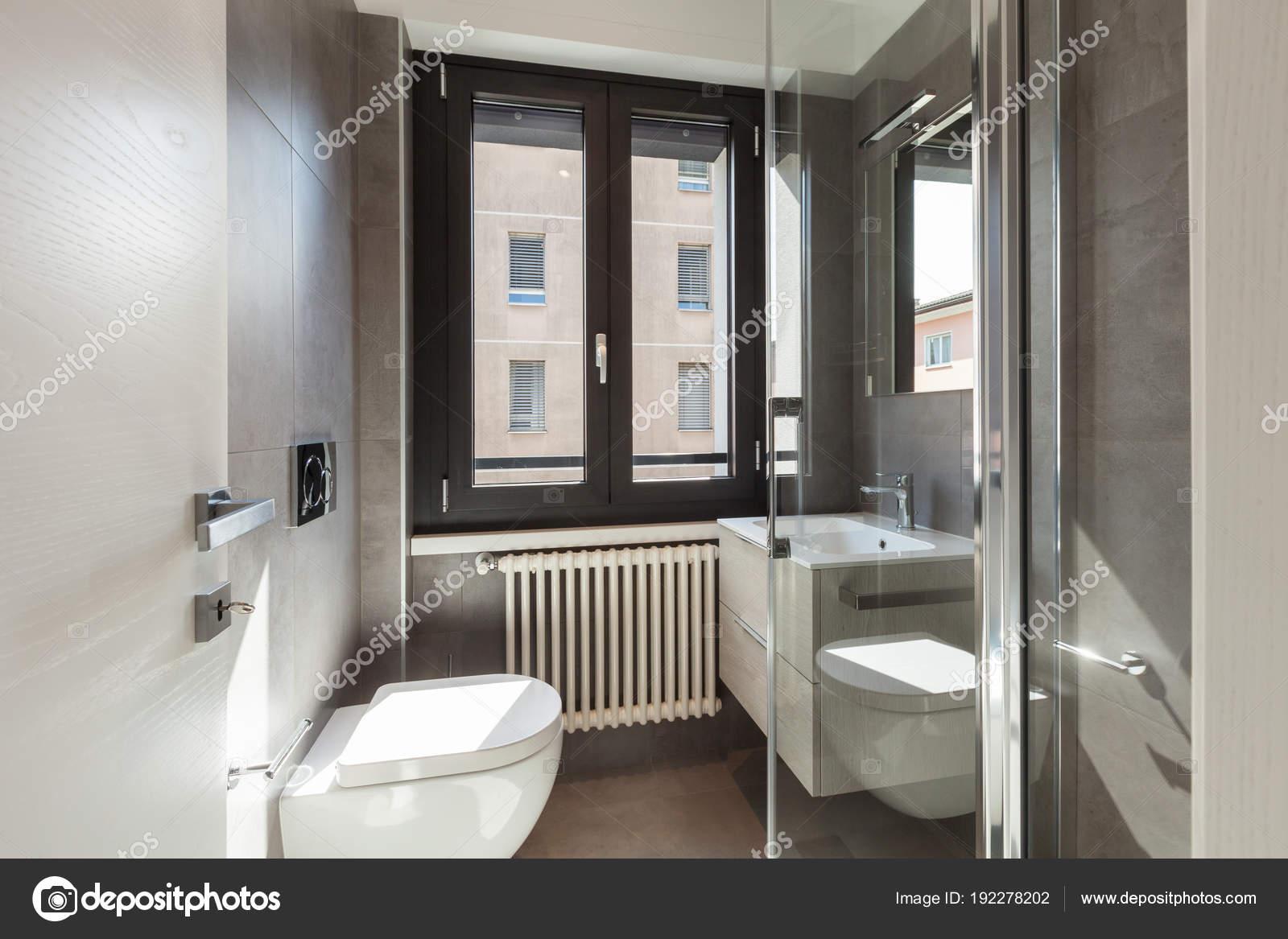 Dettaglio di moderno bagno con piastrelle di grandi dimensioni