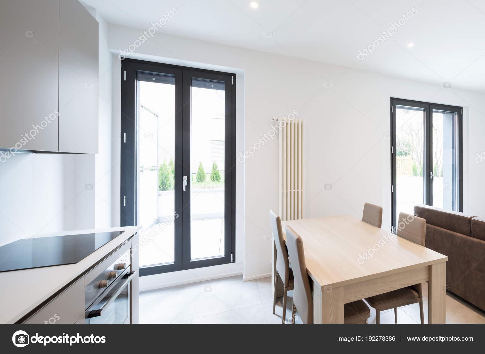 Open space con elegante cucina e soggiorno — Foto Stock © Zveiger ...