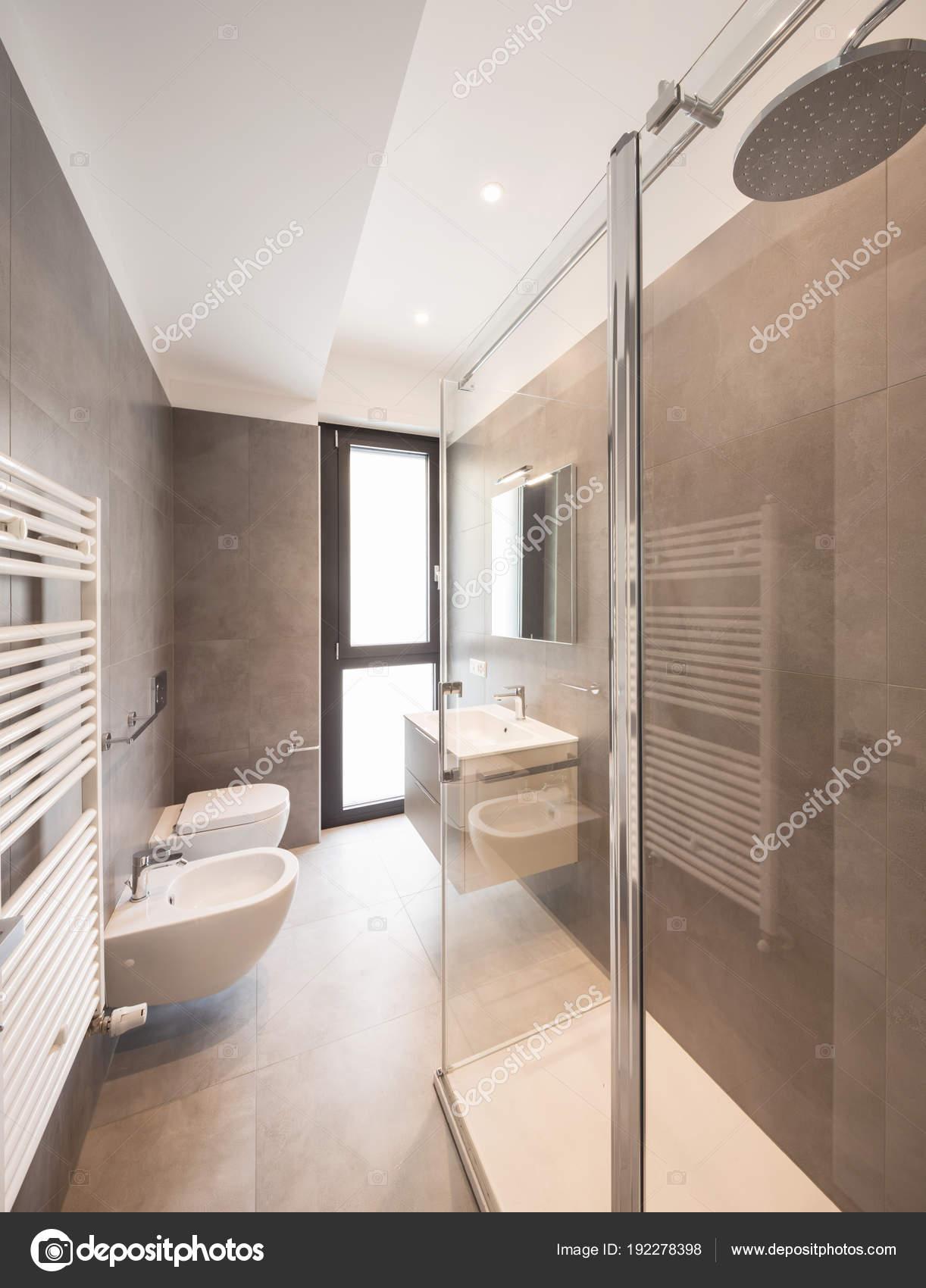 Minimalista moderno cuarto de baño con azulejos grandes — Foto de ...