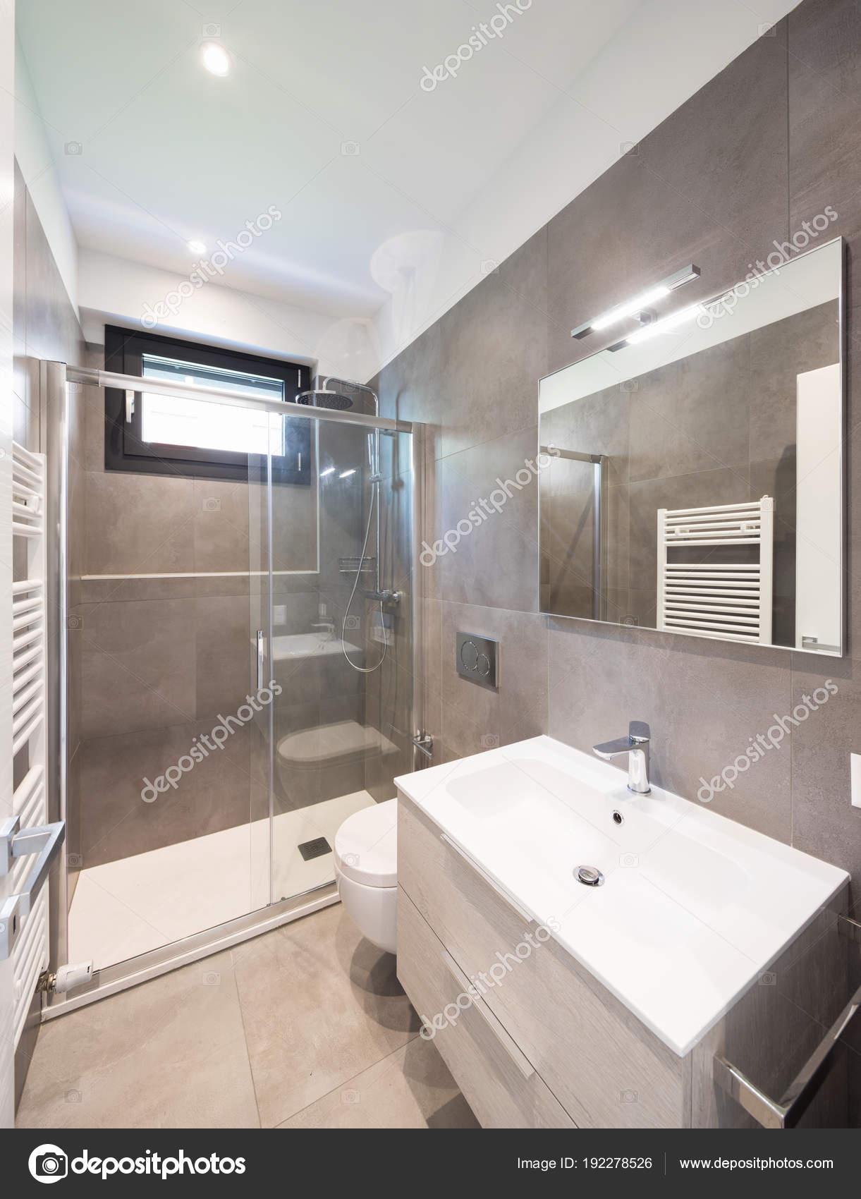 Minimalista moderno cuarto de baño con azulejos grandes ...