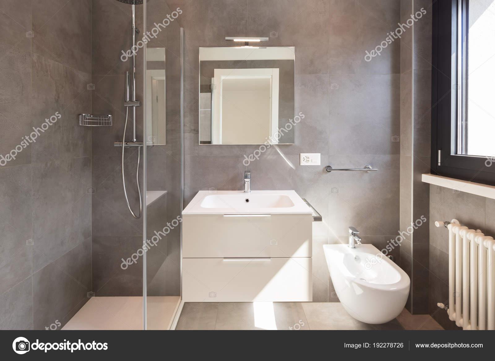 Moderno bagno con piastrelle di grandi dimensioni u2014 foto stock