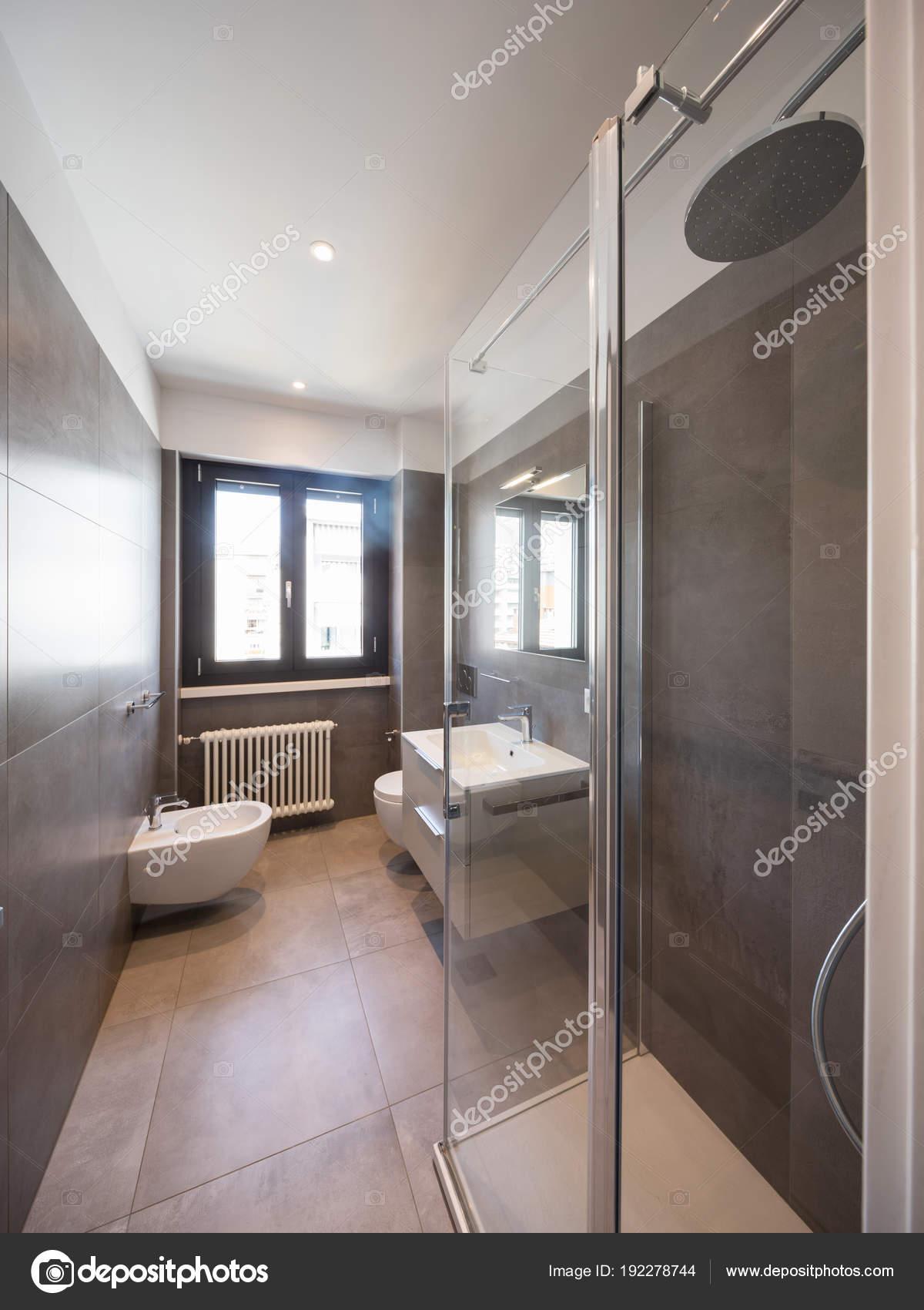 Modernes Badezimmer mit großen Fliesen — Stockfoto © Zveiger ...