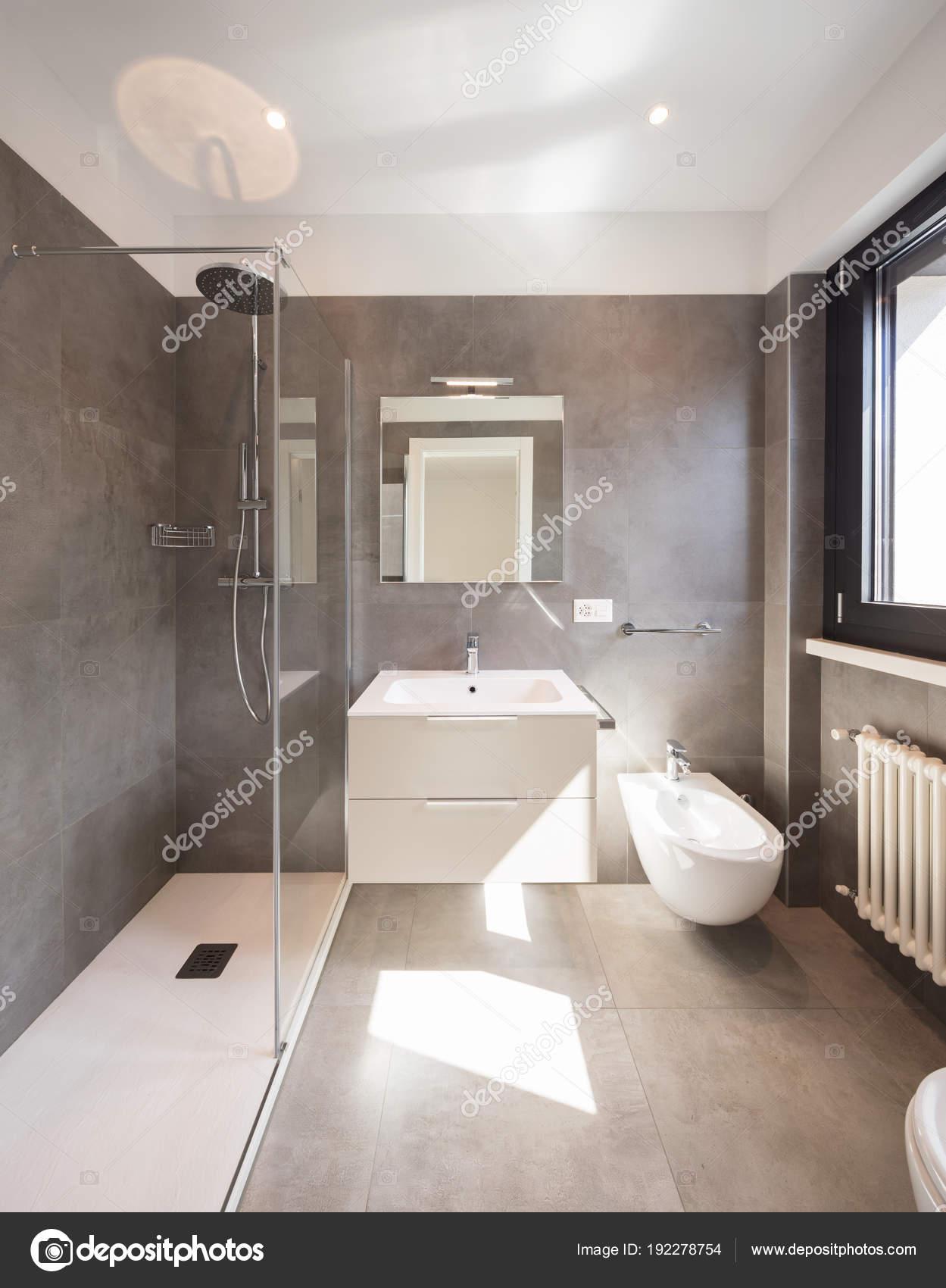 Modernes Bad mit großen Fliesen — Stockfoto © Zveiger #192278754