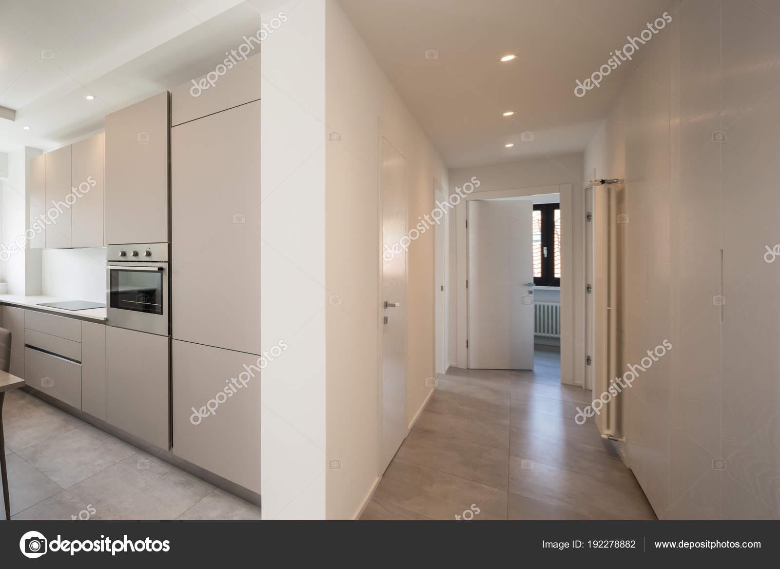 Elegante cucina e corridoio con faretti in appartamento moderno