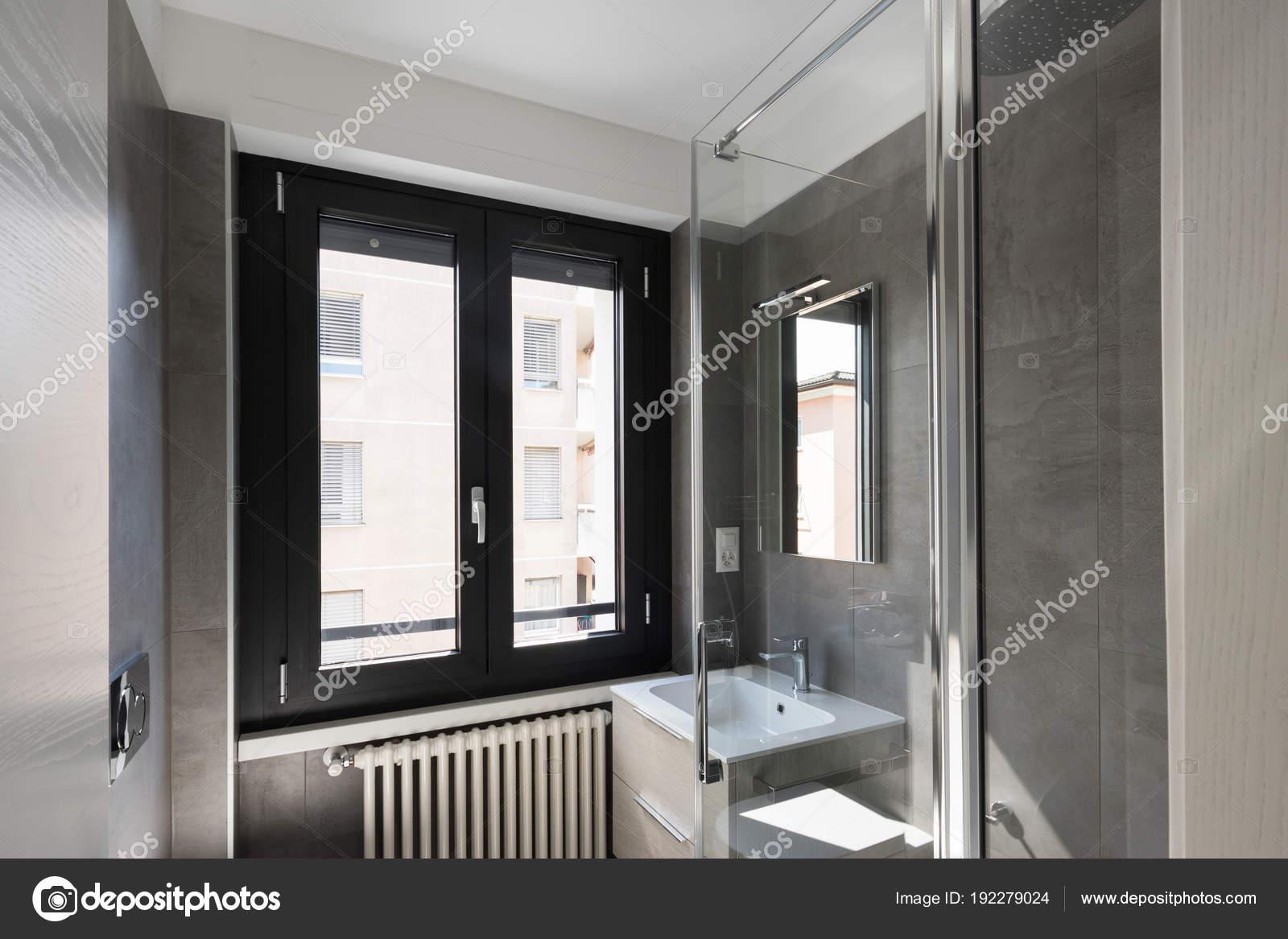 Moderno bagno con piastrelle di grandi dimensioni u foto stock