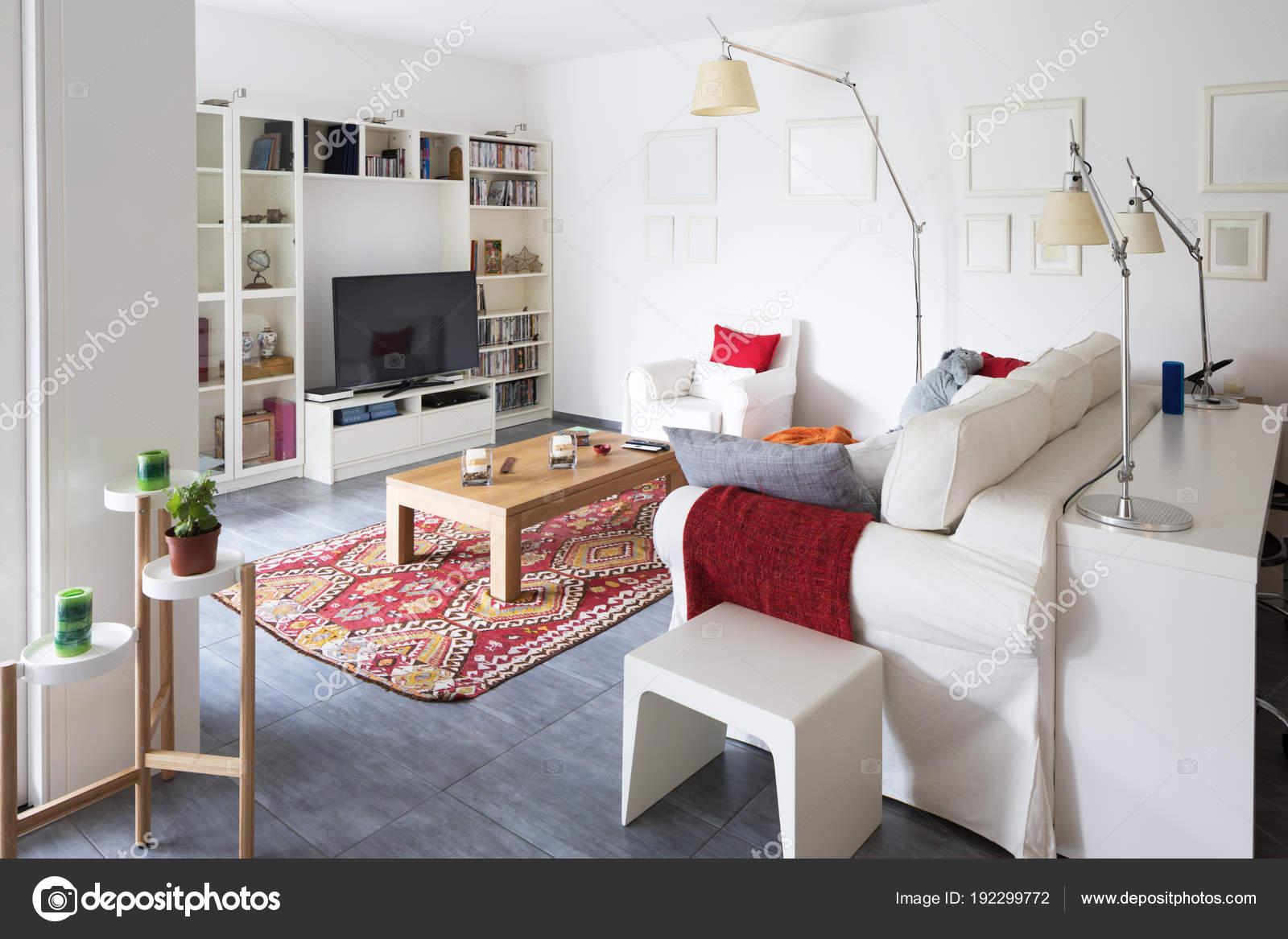 Interni di moderno appartamento arredato, soggiorno — Foto Stock ...