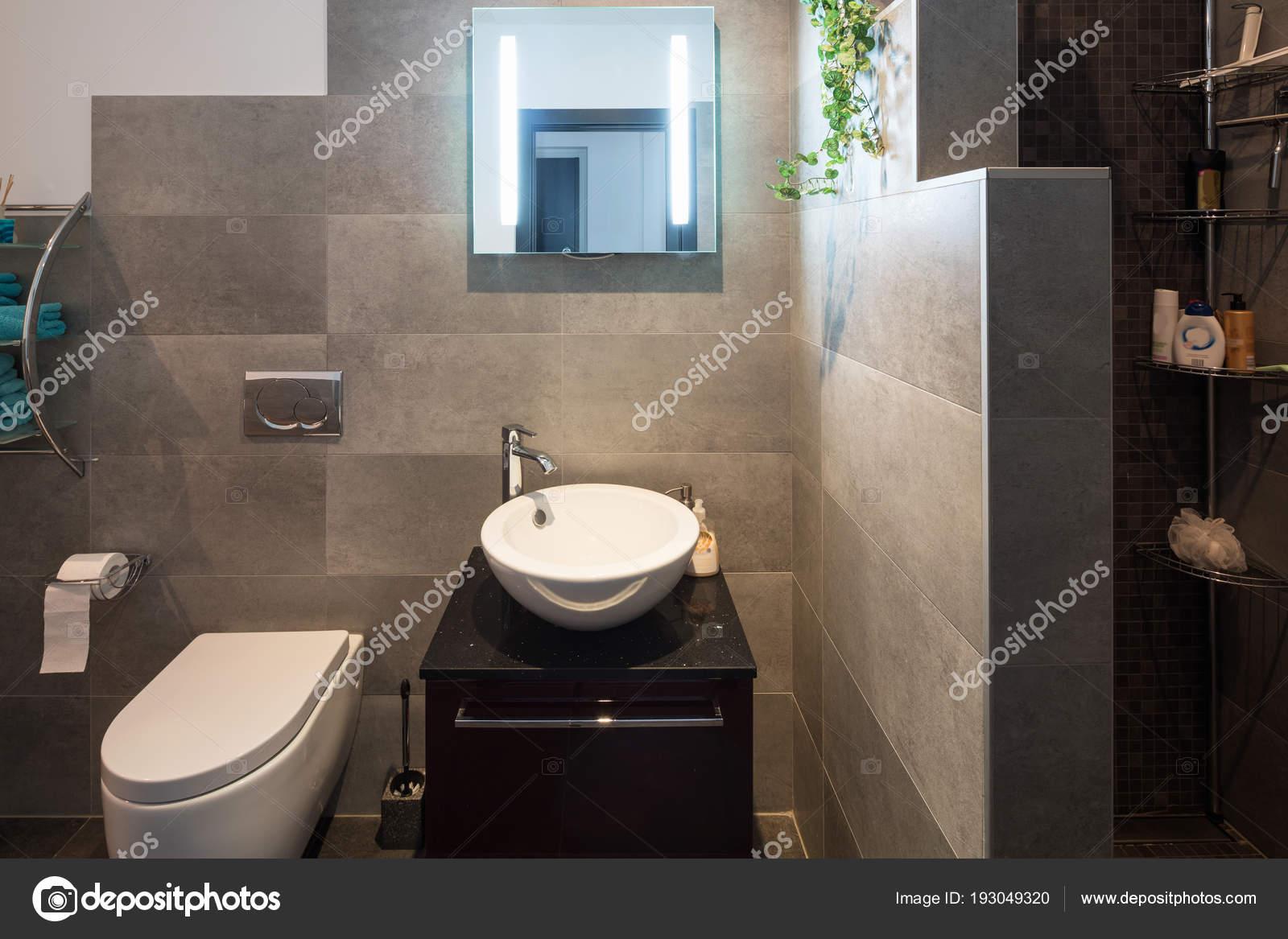 Grote Tegels Badkamer : Moderne badkamer met grote tegels u stockfoto zveiger