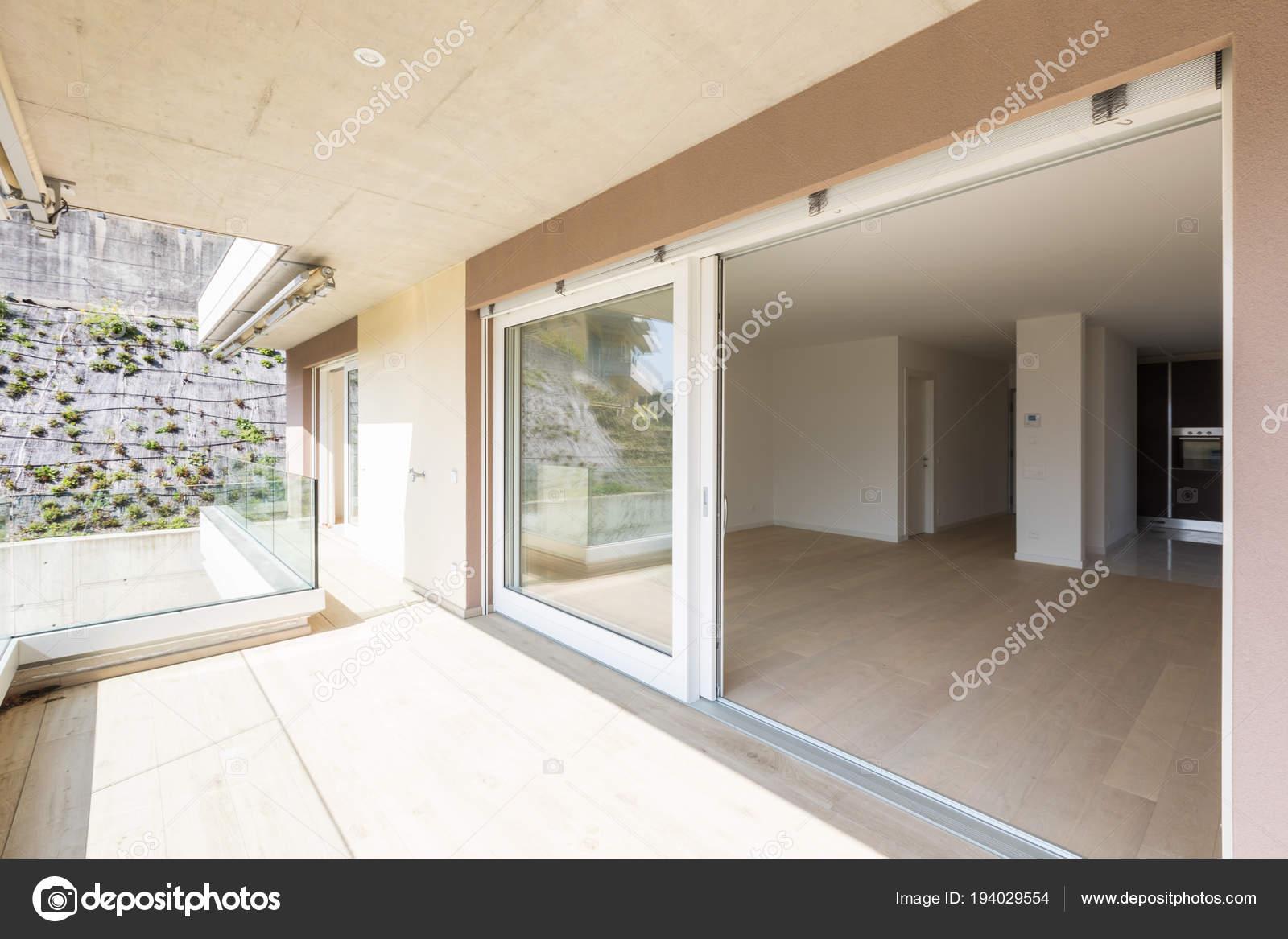 Extérieur du bâtiment moderne. Vue depuis la terrasse ...