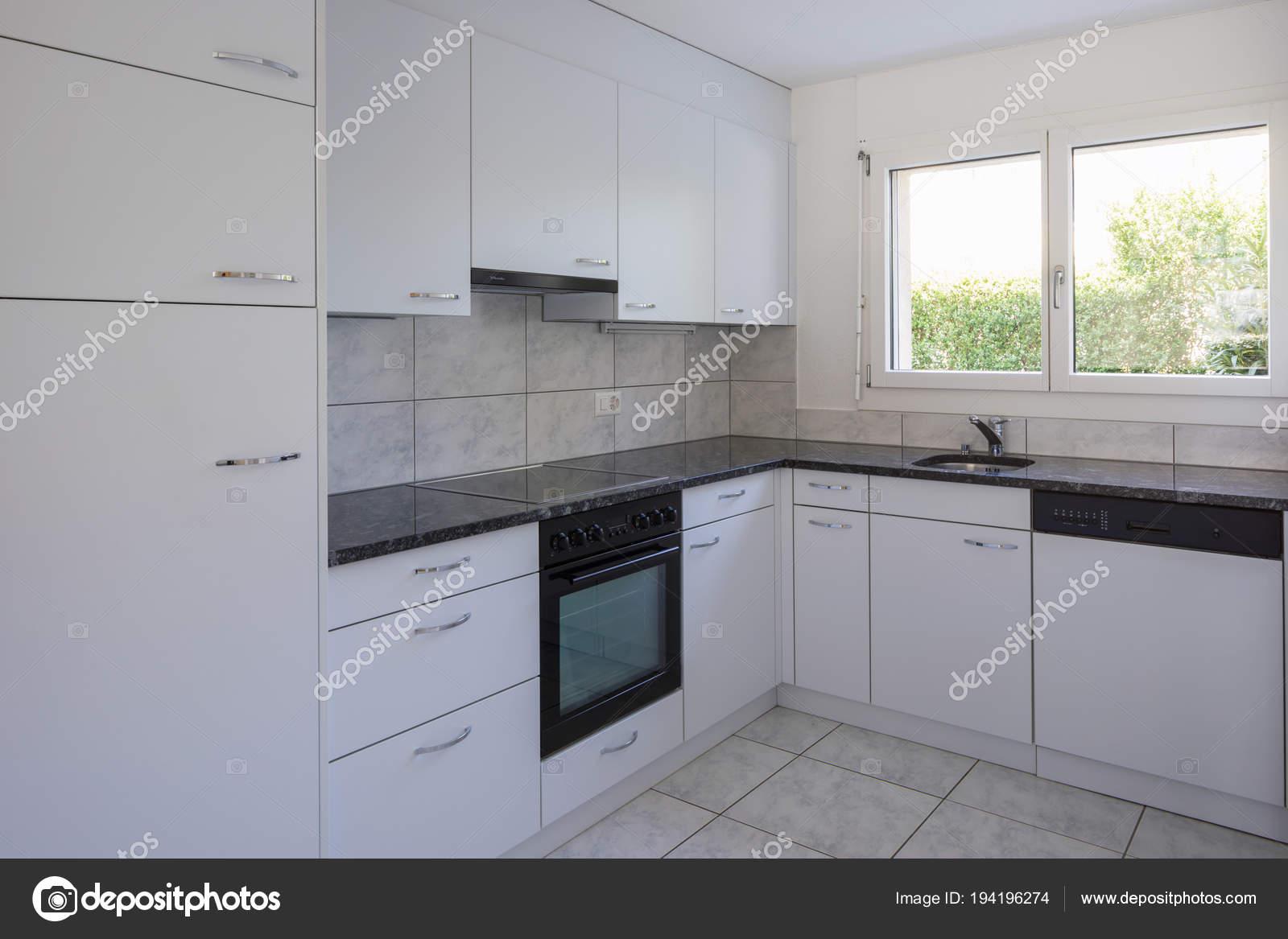 Dell annata cucina bianca con piastrelle di grandi dimensioni