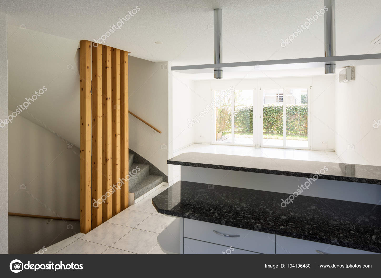 Open space con ampio soggiorno e cucina u foto stock zveiger
