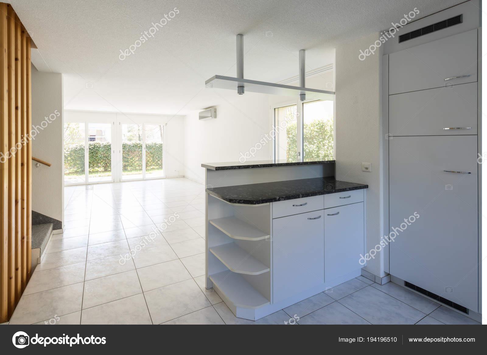 Open space con ampio soggiorno e cucina u2014 foto stock © zveiger