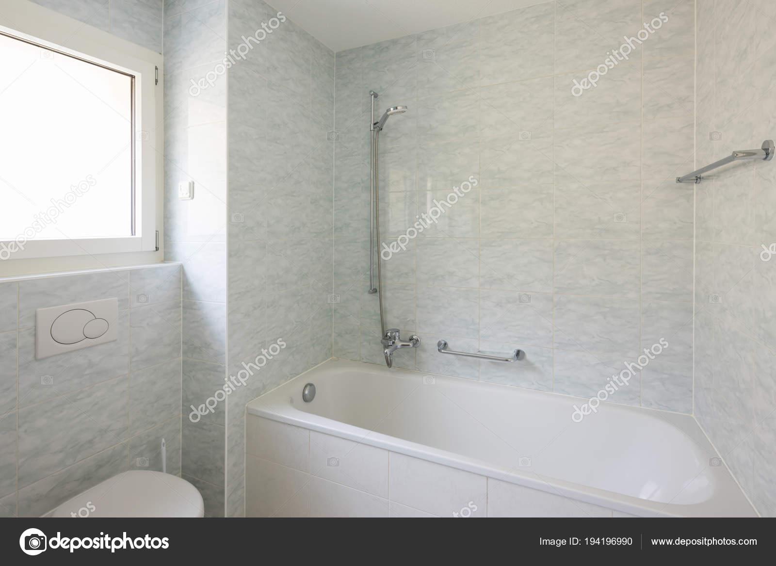 Bagno con piastrelle di grandi dimensioni stile retrò u2014 foto stock