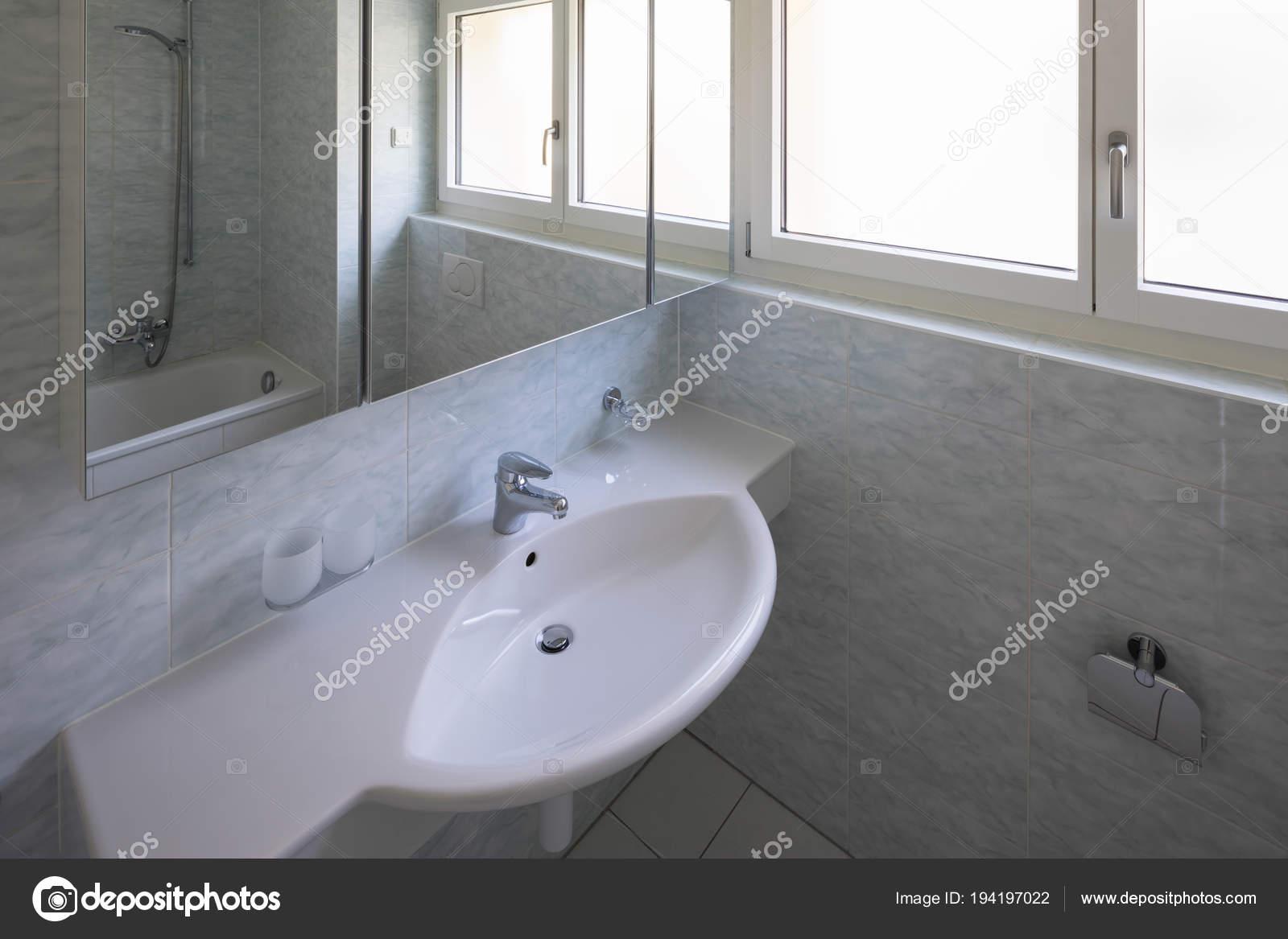 Bagno con piastrelle di grandi dimensioni stile retrò u foto