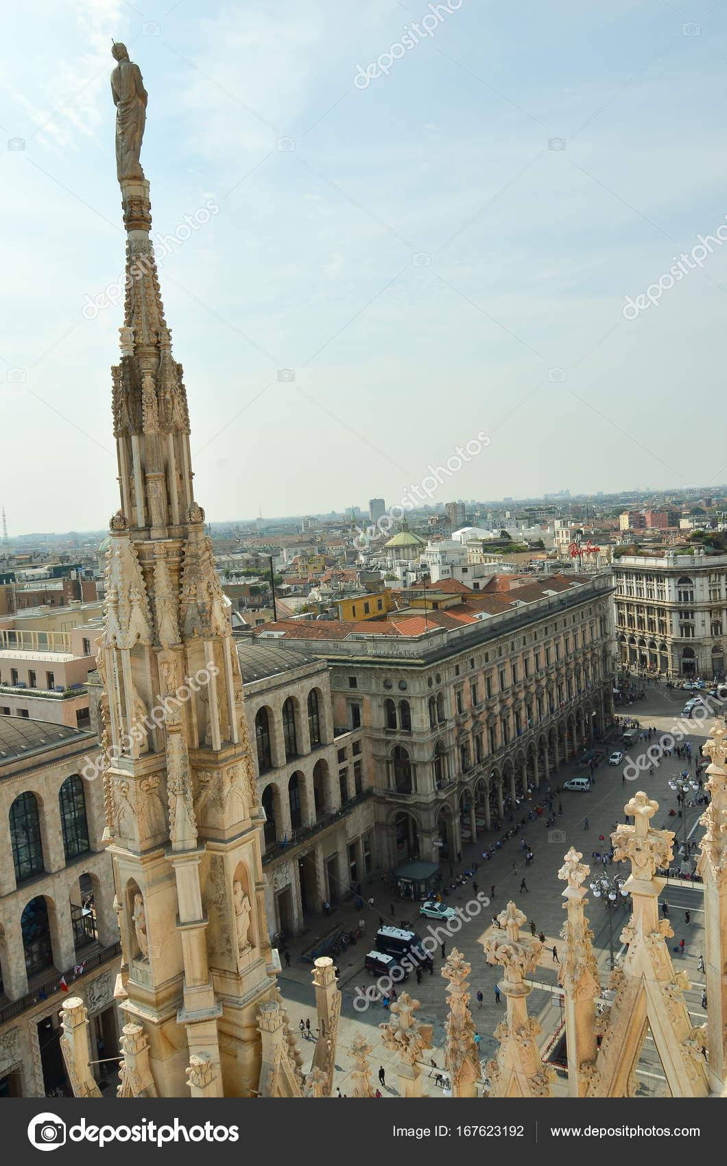 Turisti A Milano Persone Vicino A Duomo Di Milano Foto