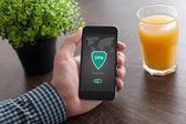Mann hält Telefon App vpn Schaffung Internet-Protokolle Schutz