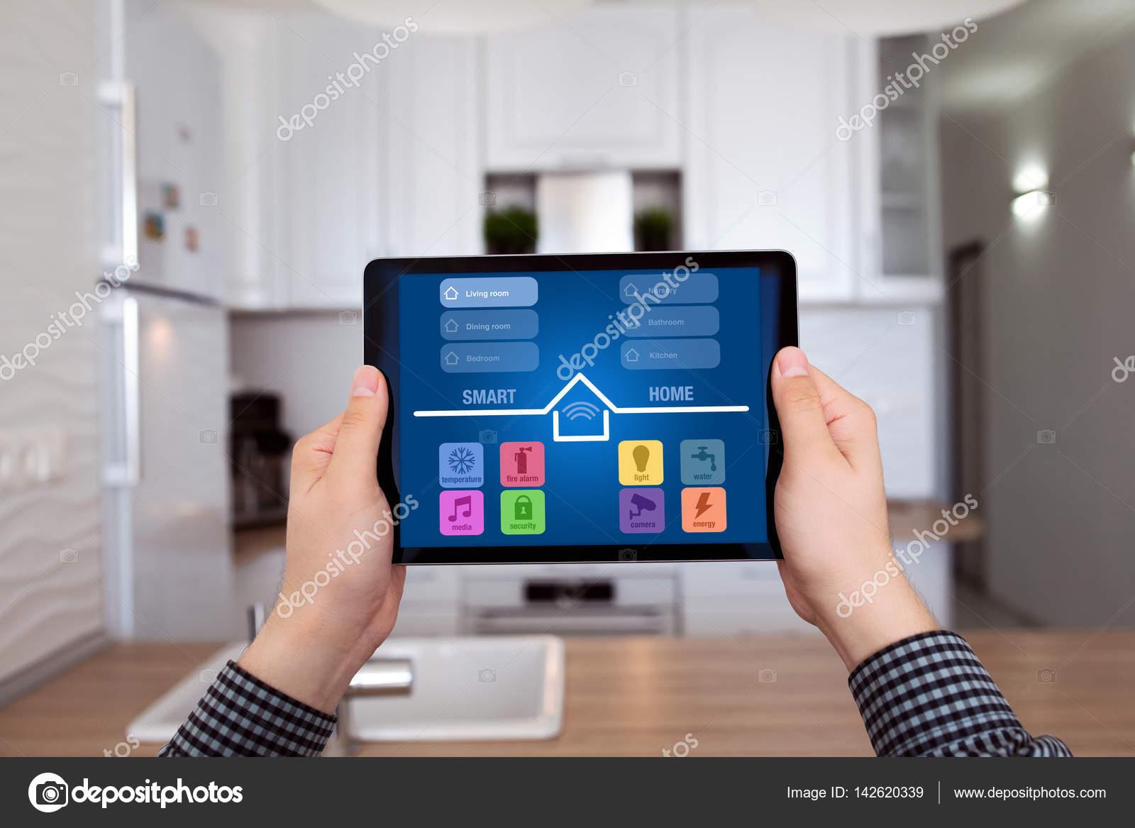hombres manos sosteniendo tablet con casa hogar cocina inteligente ...