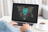 Mann hält Notebook App vpn Schaffung Internet-Protokolle schützen