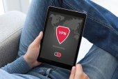 Muž, který držel tablet aplikace vpn vytvoření internetové protokoly ochra