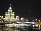 Mosco éjjel az épületekkel a parkban