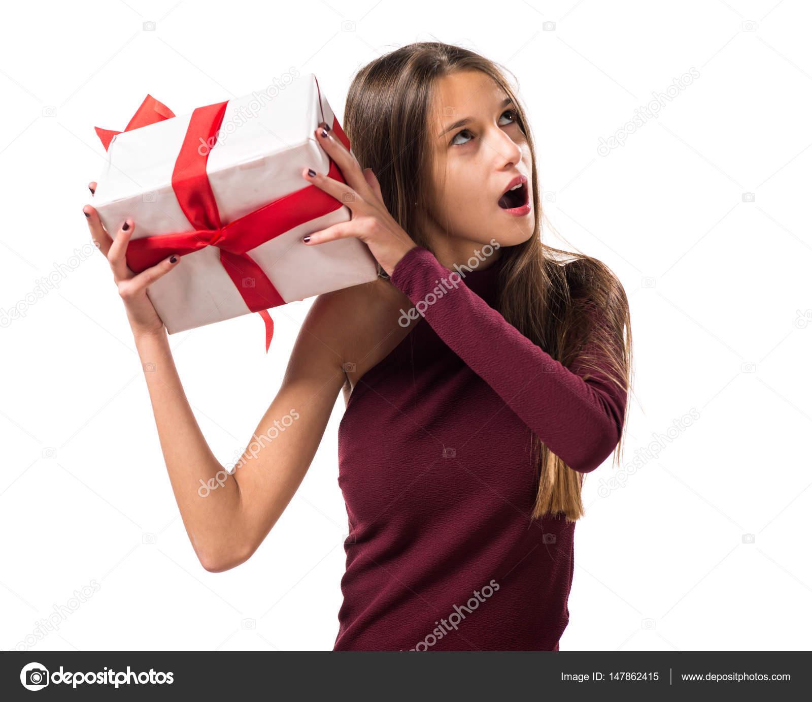 Junge Teenager-Mädchen hält ein Geschenk — Stockfoto © luismolinero ...
