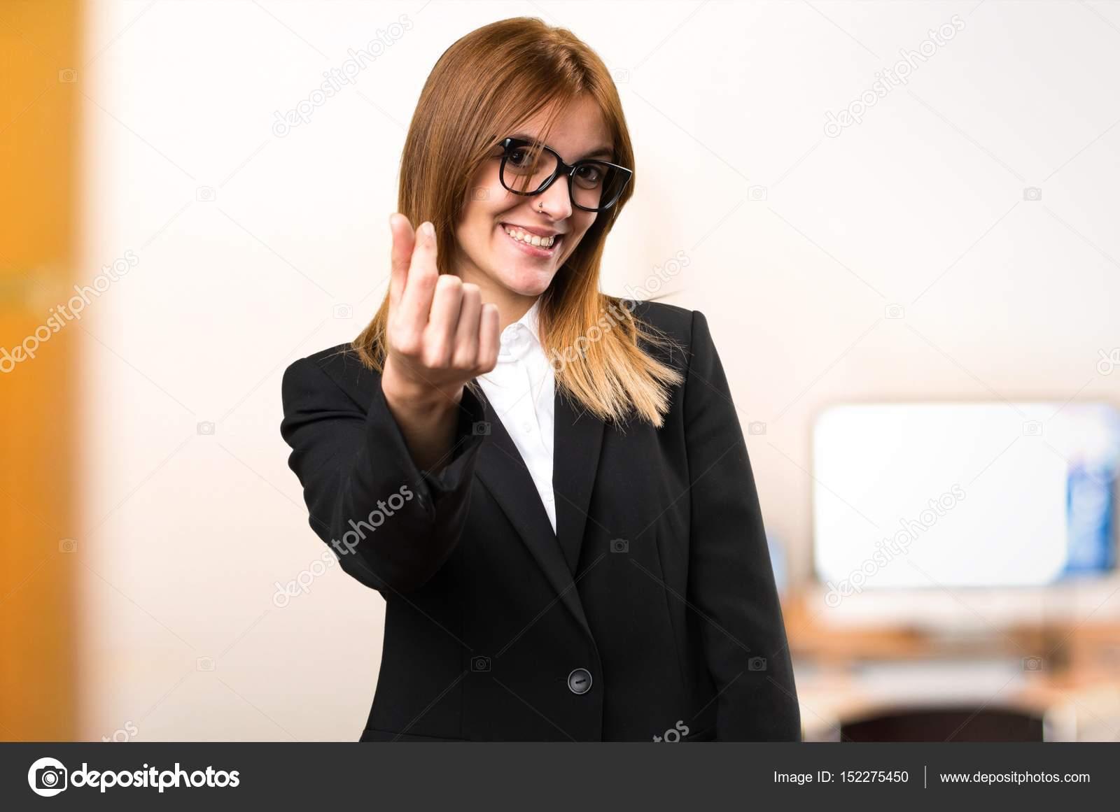 9d15a1b5d1690 Gesto de dinero joven mujer de hacer en la oficina de fondo desenfocado —  Fotos de