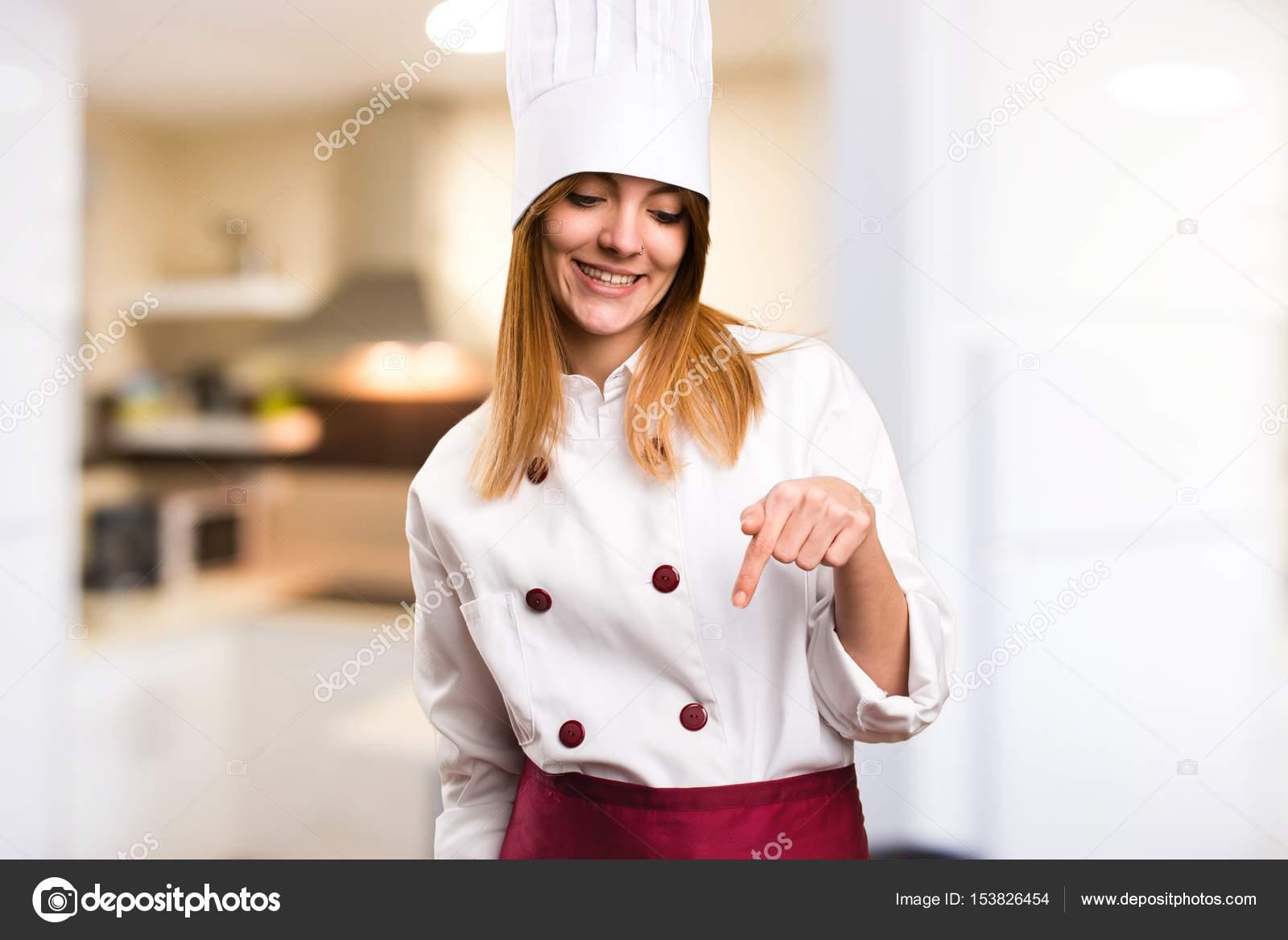 Schöne Koch Frau nach unten in die Küche — Stockfoto © luismolinero ...