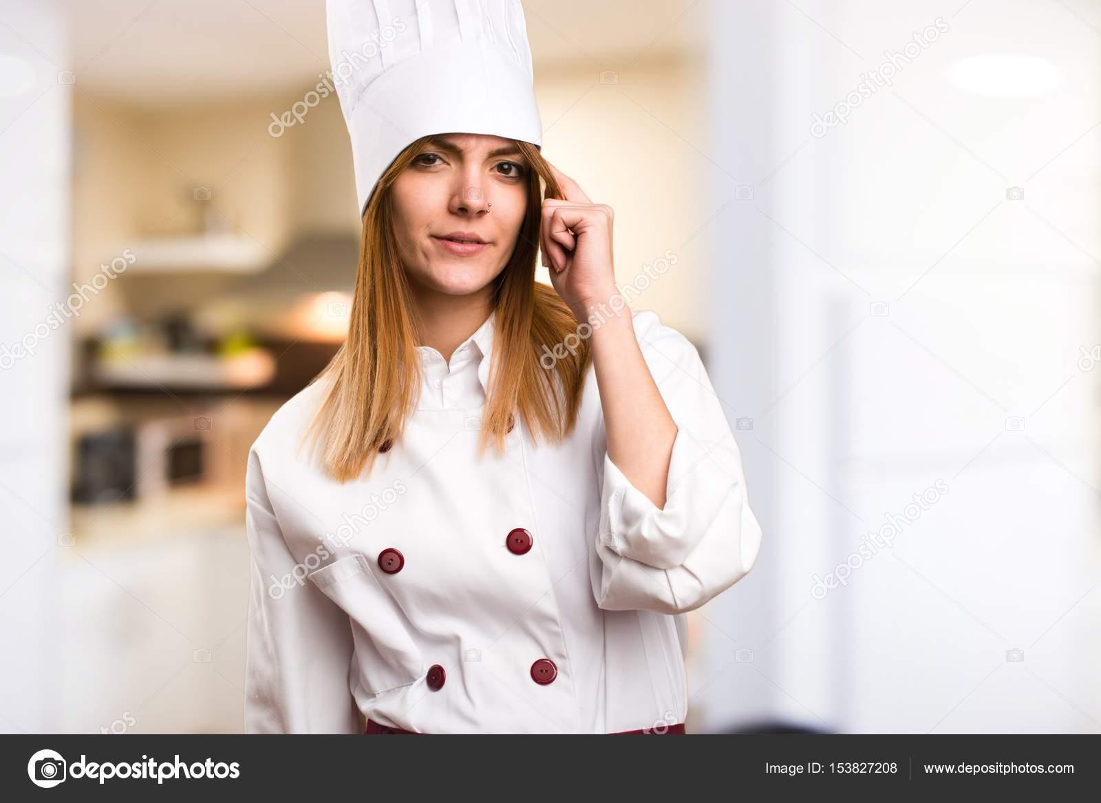 Schöne Koch Frau denken in der Küche — Stockfoto © luismolinero ...