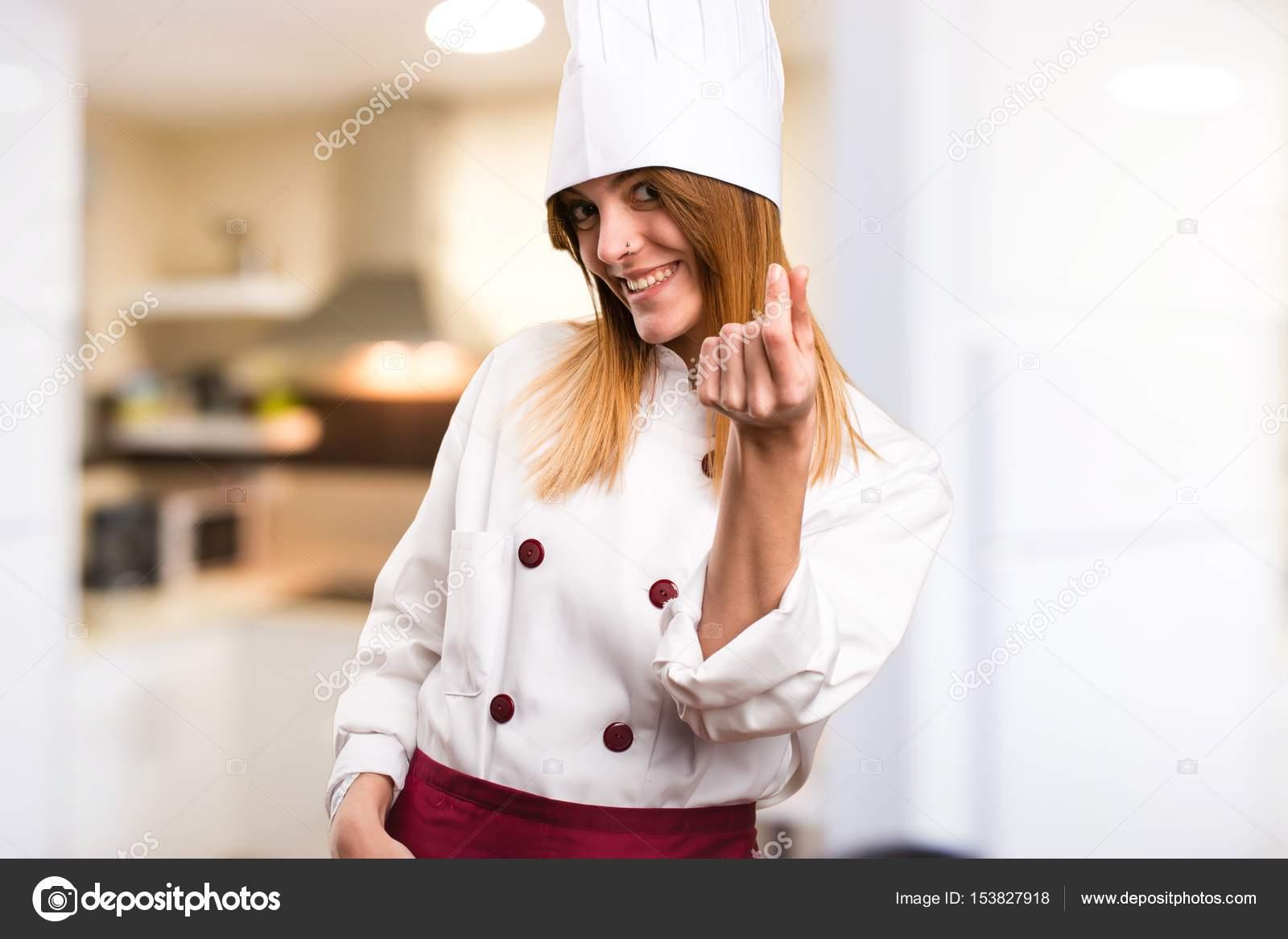 3f0f3a31b6e41 Chef hermosa gesto de dinero haciendo de mujer en la cocina– Imagen de  Archivo
