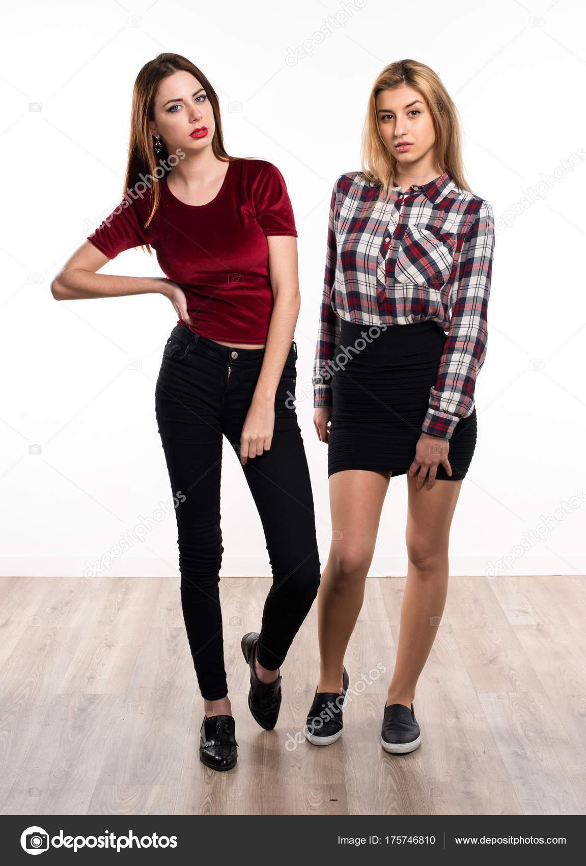 Duas Belas Modelos Posando Fotografias De Stock Luismolinero