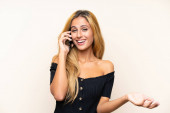 Fiatal szőke nő egy mobil keresztül elszigetelt háttér