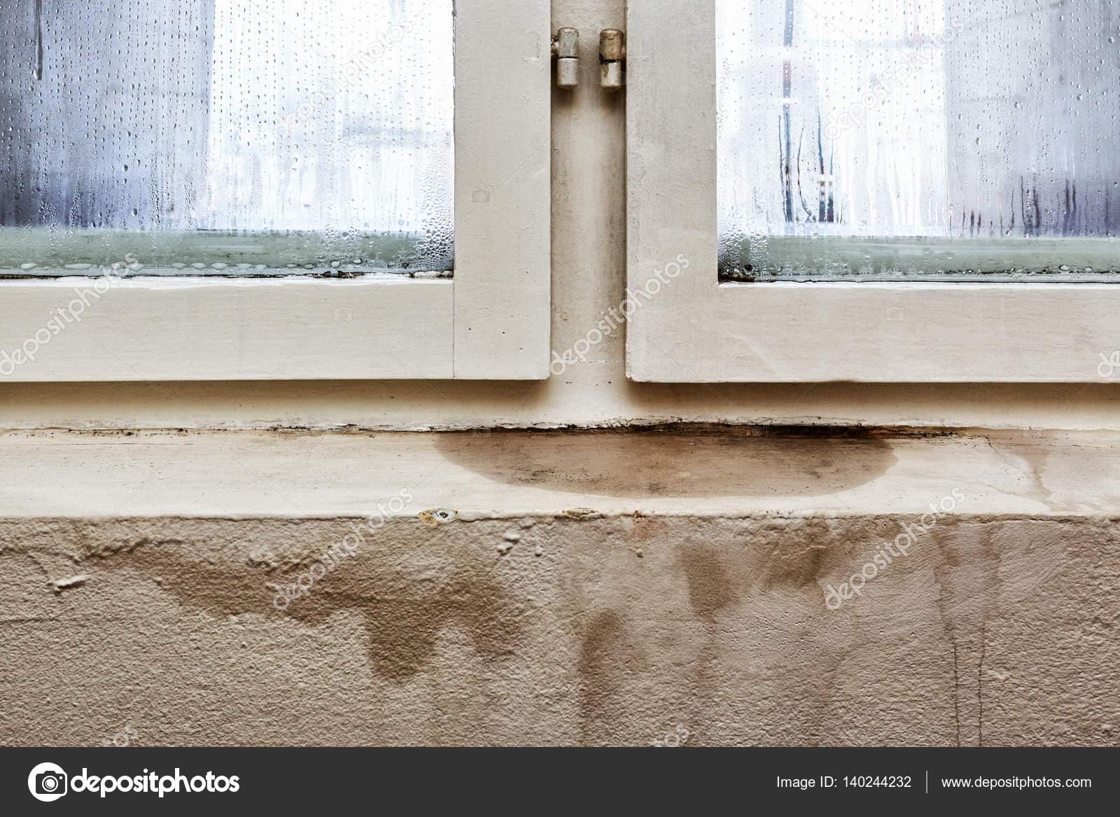 Humedad y moho-problemas en una casa — Foto de stock © wabeno #140244232