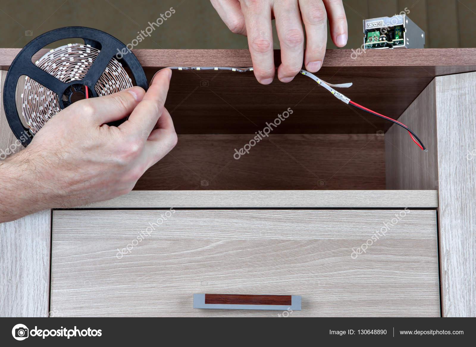 Instalacja Oświetlenia Led Wewnątrz Szafy Meble Ręce