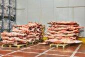Zmrazené hovězí maso, které jatečně upravených těl jsou naskládané na paletách pro chladírny.