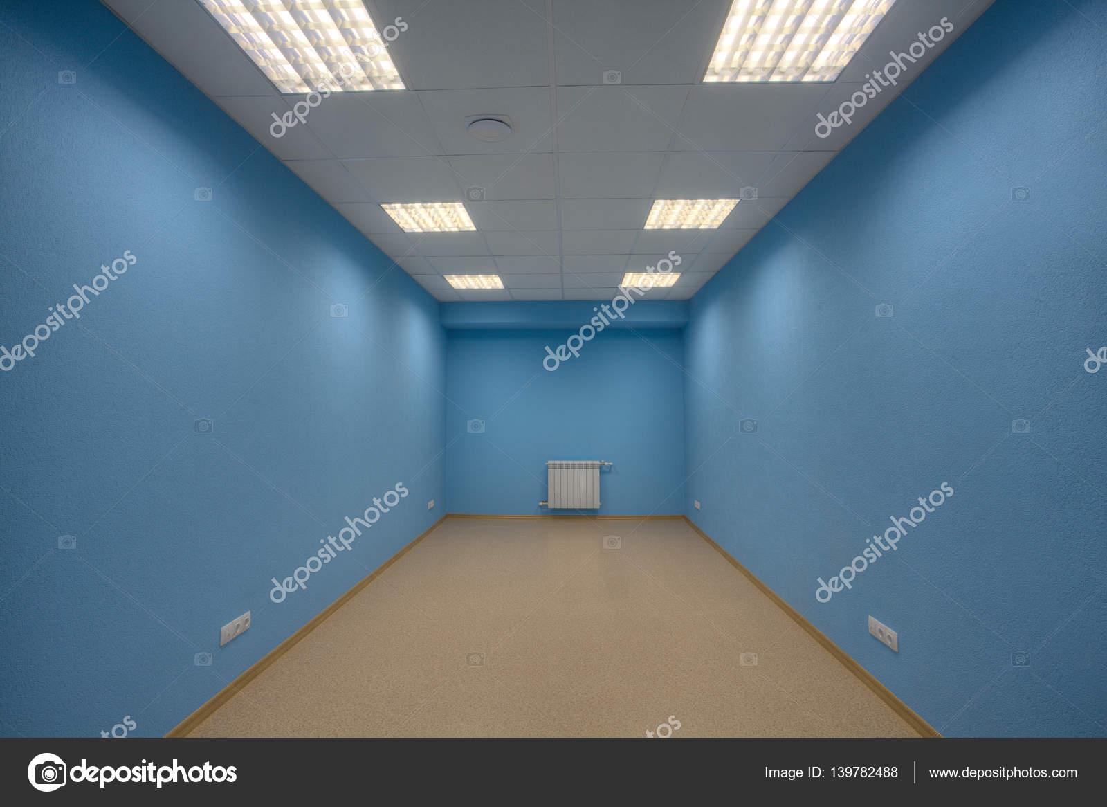 Ein leeres Büro ohne Menschen, Wände sind blau, kein Fenster, keine ...