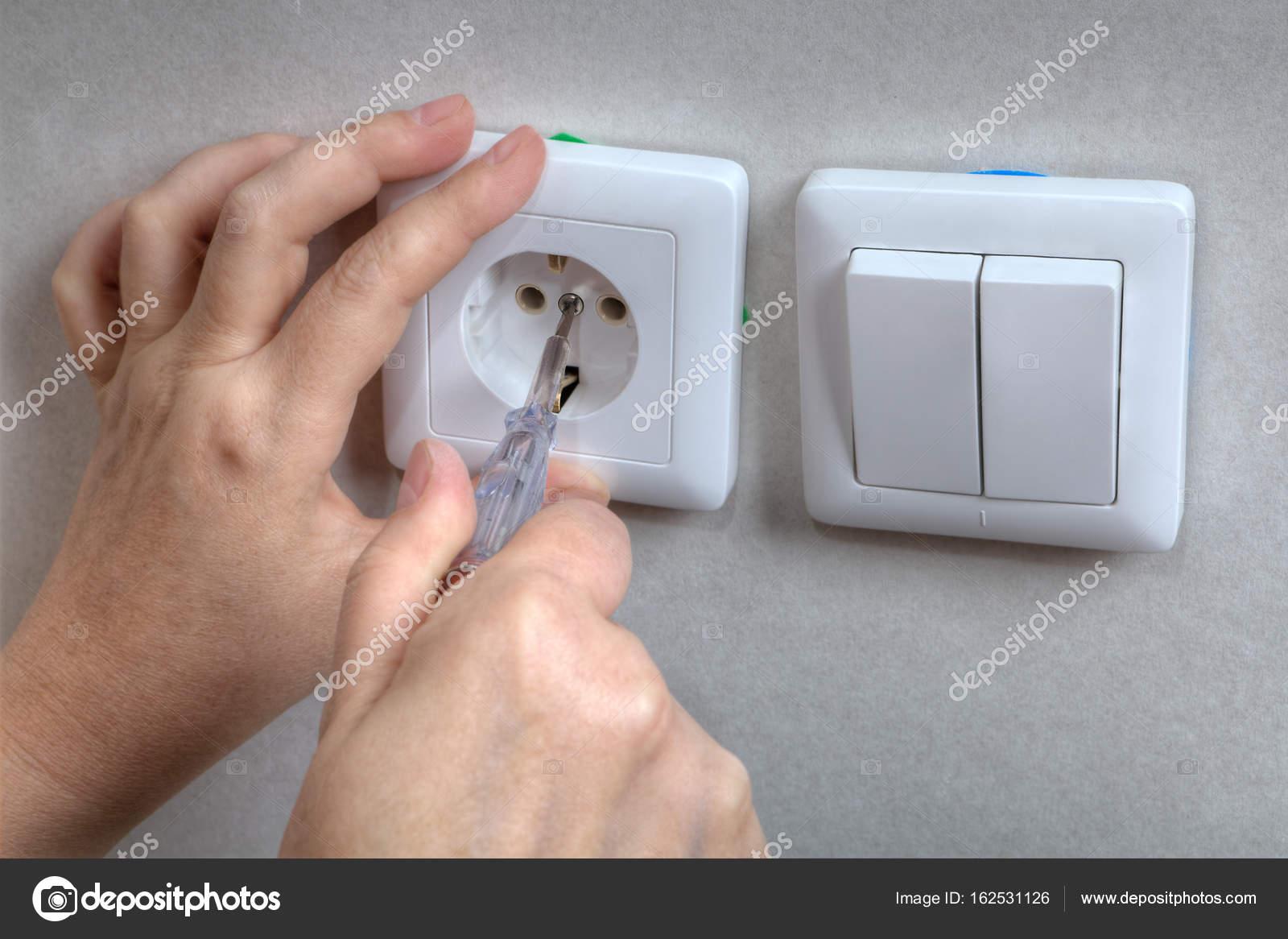 Elektriker Hände Installation elektrische Steckdosen und Licht ...