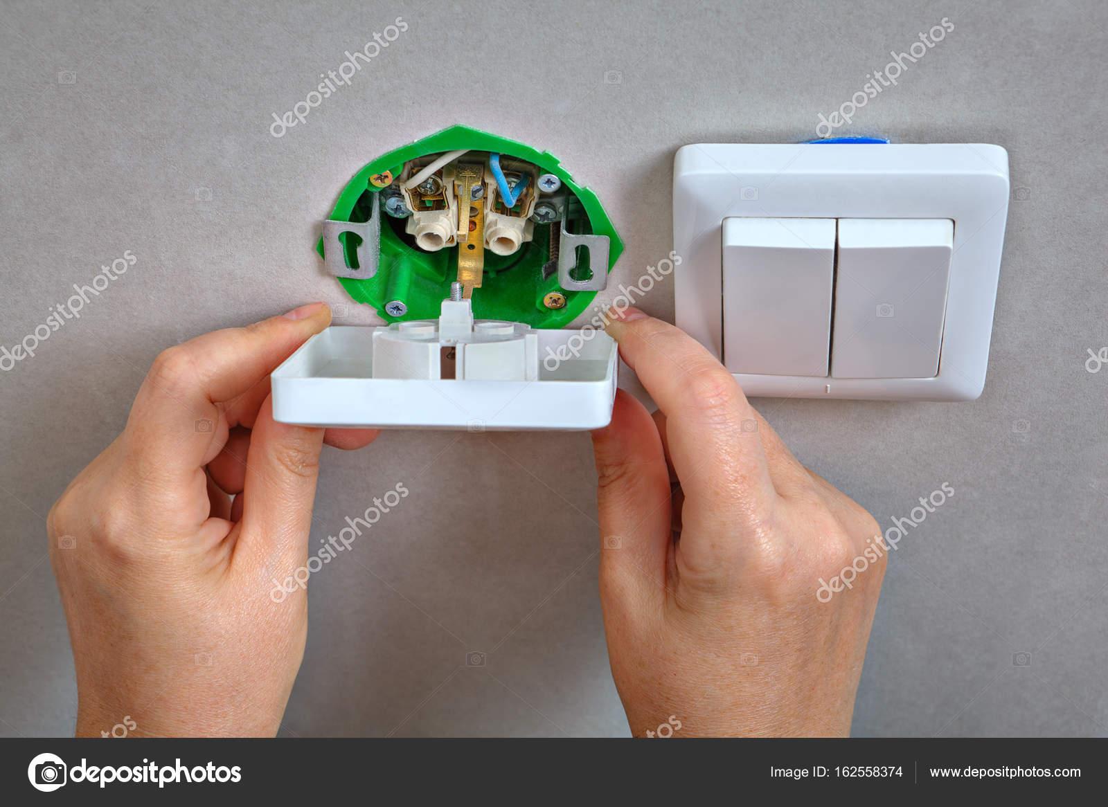 Befestigung elektrische Steckdose und Lichtschalter, Elektriker Han ...