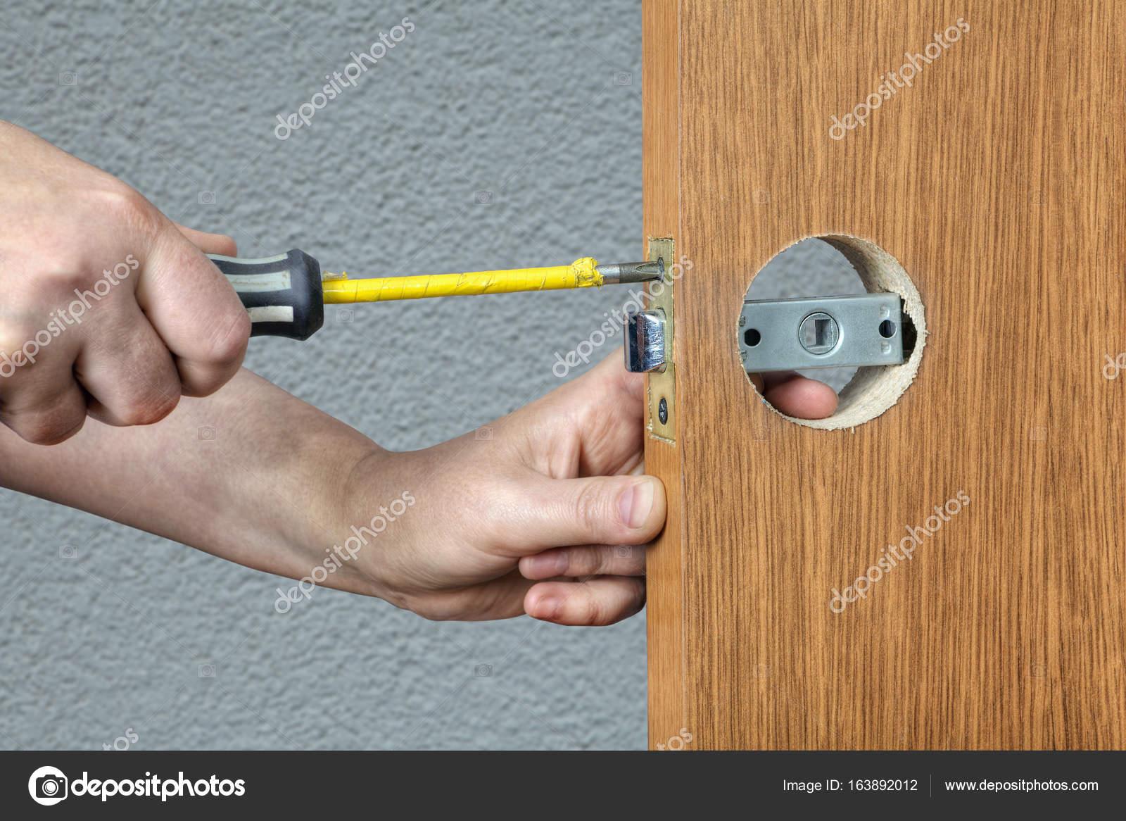Installation der Türgriff mit Verriegelung schließen Händen der ...