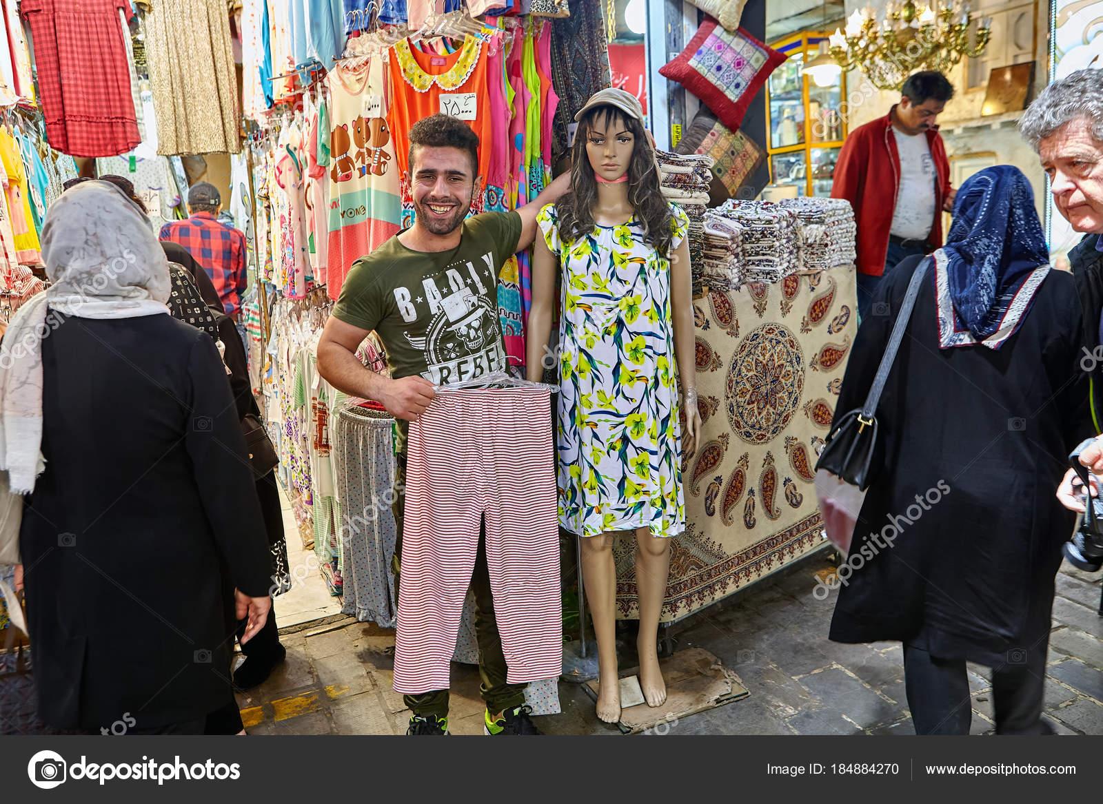 Textile Embrassant Téhéran Vendeur Avec Mannequin Femme Le Est vqpwTz