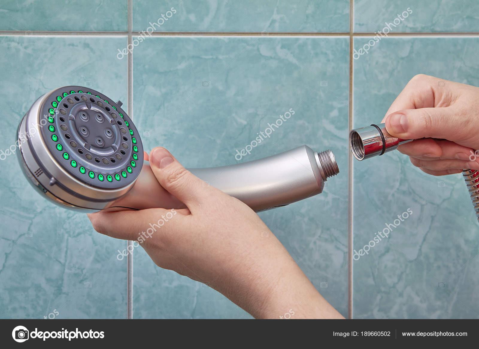 Sanitair reparatie in badkamer, vervanging van douchekop — Stockfoto ...