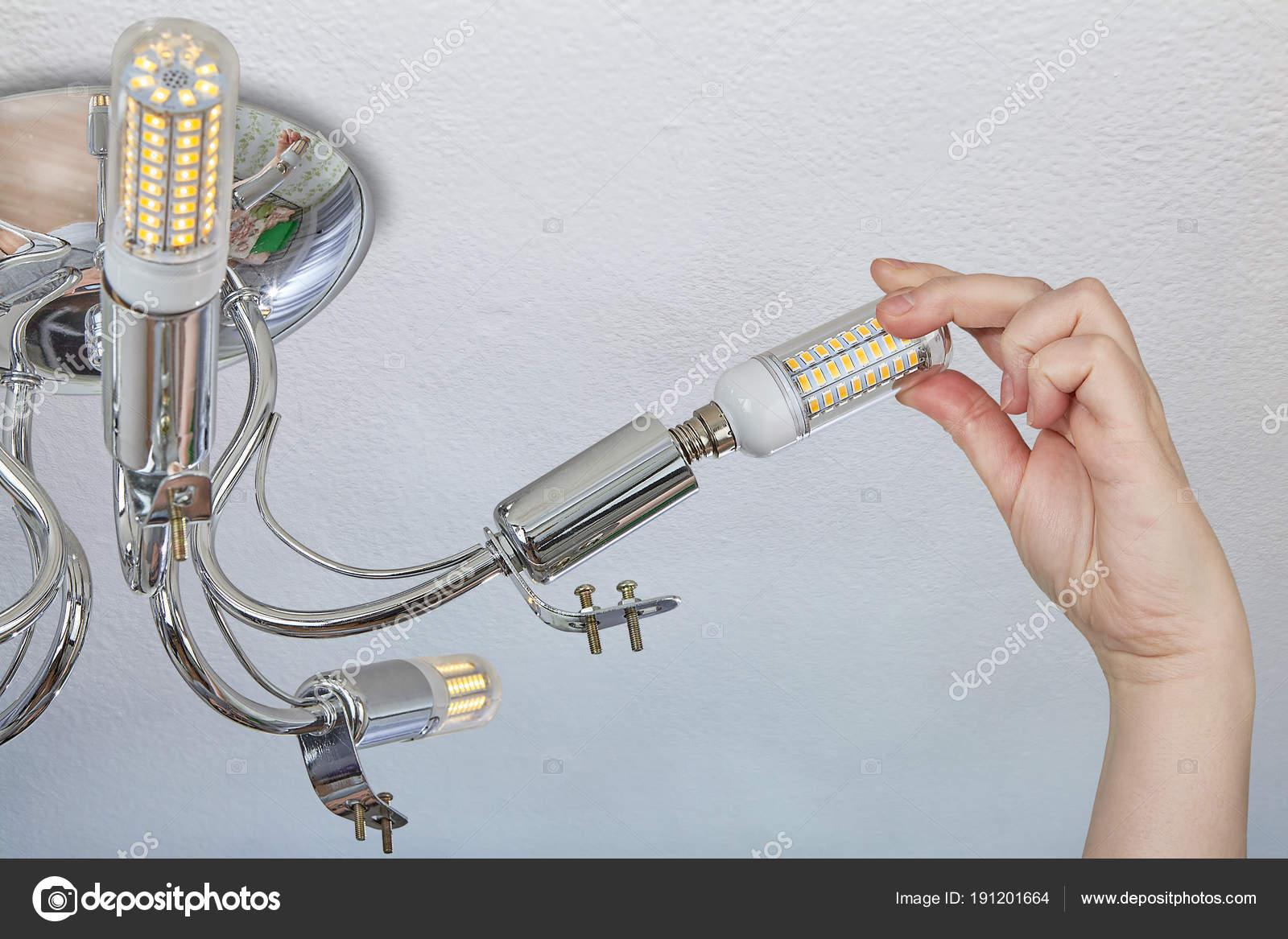 Installatie van Led-lampjes van de maïs in een huishoudelijke ...