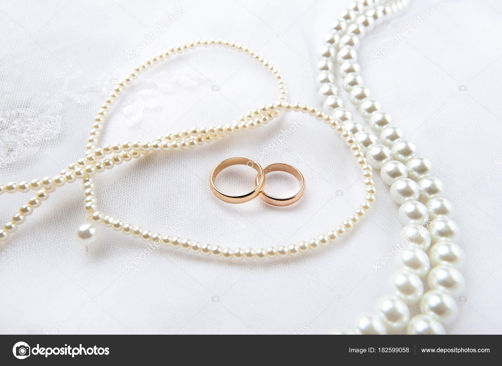 Gold Trauringe Liegen Auf Einer Hochzeitskleid Vor Dem Hintergrund ...